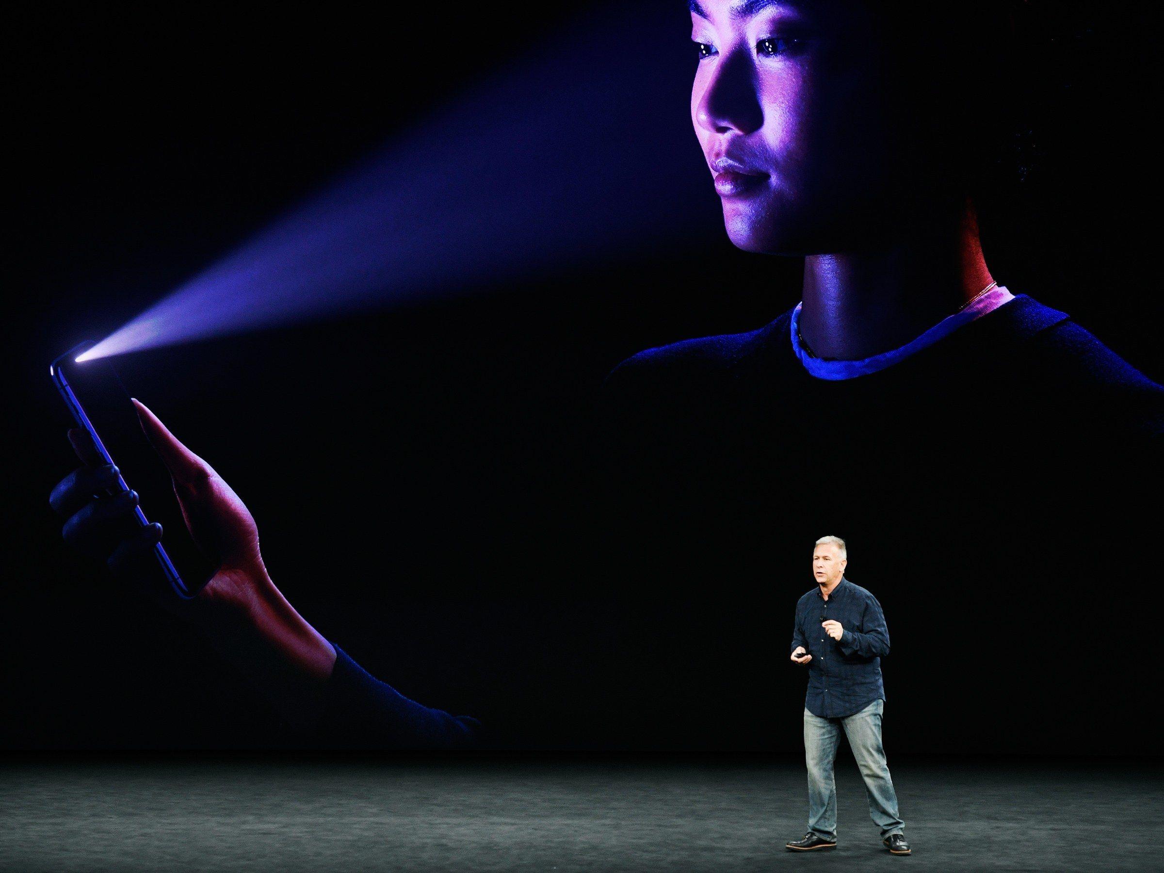 Apples «structured light»-metode er todelt. Én enhet sender et rutenett av infrarøde prikker over ansiktet, mens en annen sensor analyserer mønstret.