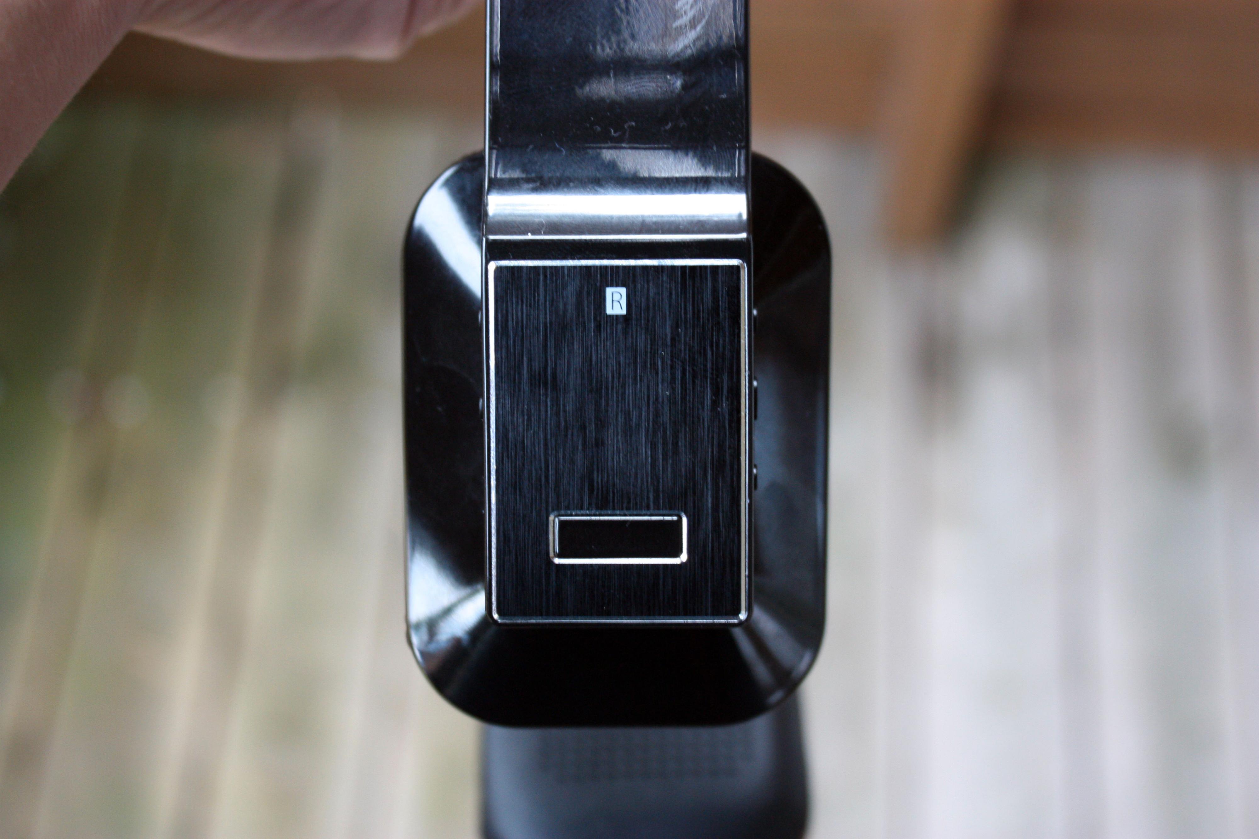 Den store knappen på høyre øreklokke styrer mange av funksjonene.Foto: Per-Øyvind Nordberg