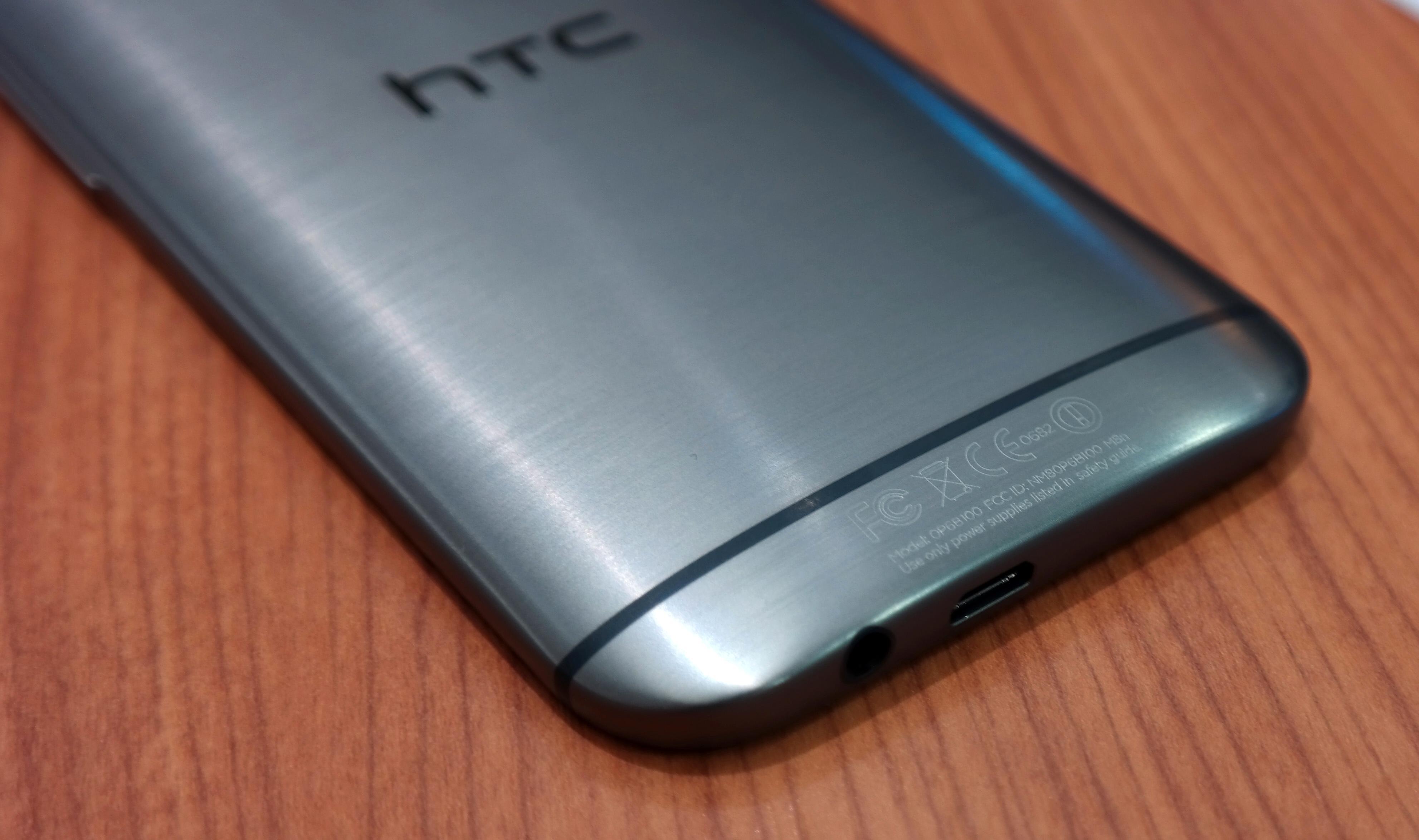 HTC One M8 - bunn. Detaljene er viktige for HTC. Høyttalerutgangen sitter i bunnen.Foto: Espen Swang, Amobil.no