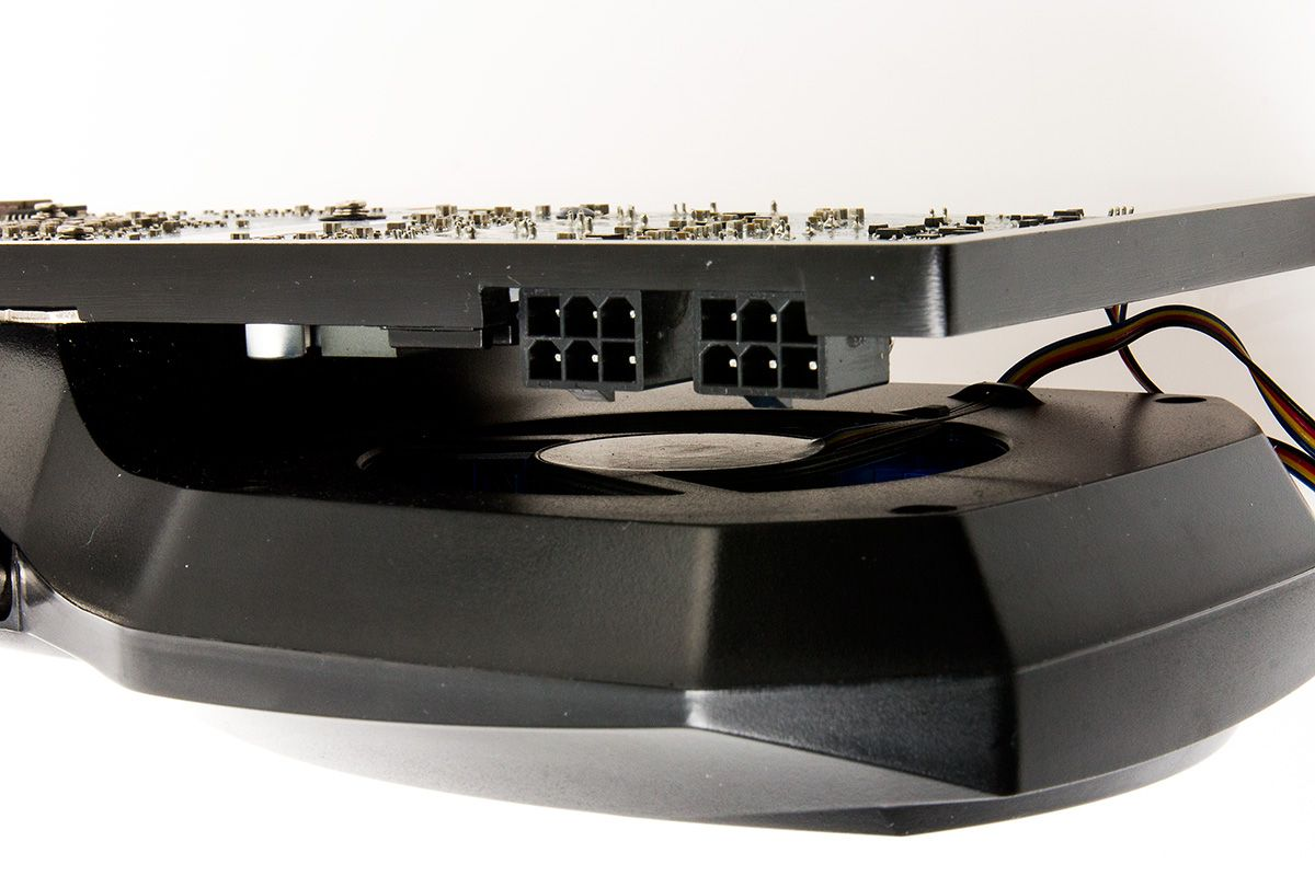 Viften stikker ut fra selve kortet.Foto: Varg Aamo, hardware.no