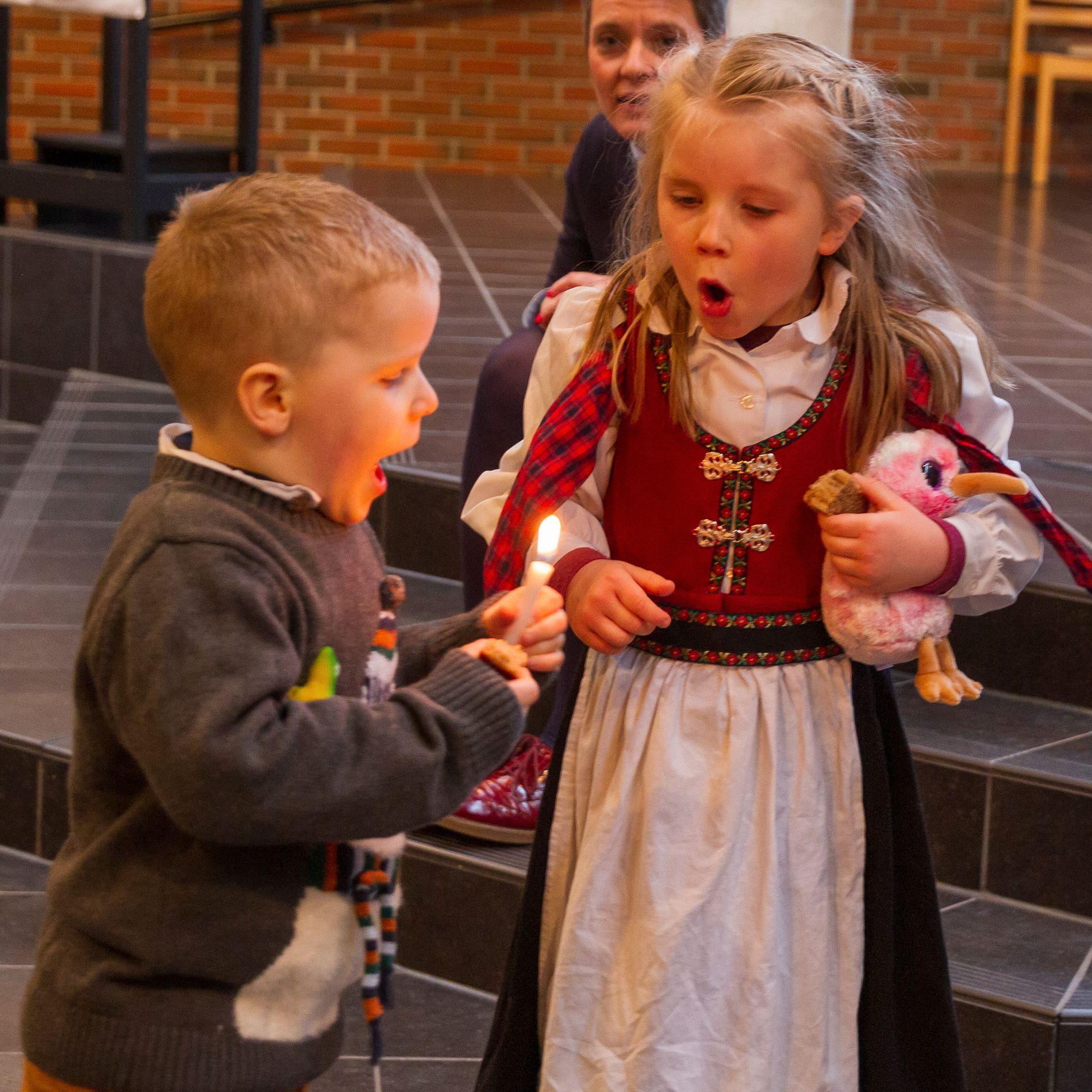GOD OPPLEVELSE: Noa og Sara fikk tenne hvert sitt lys under dåpen.