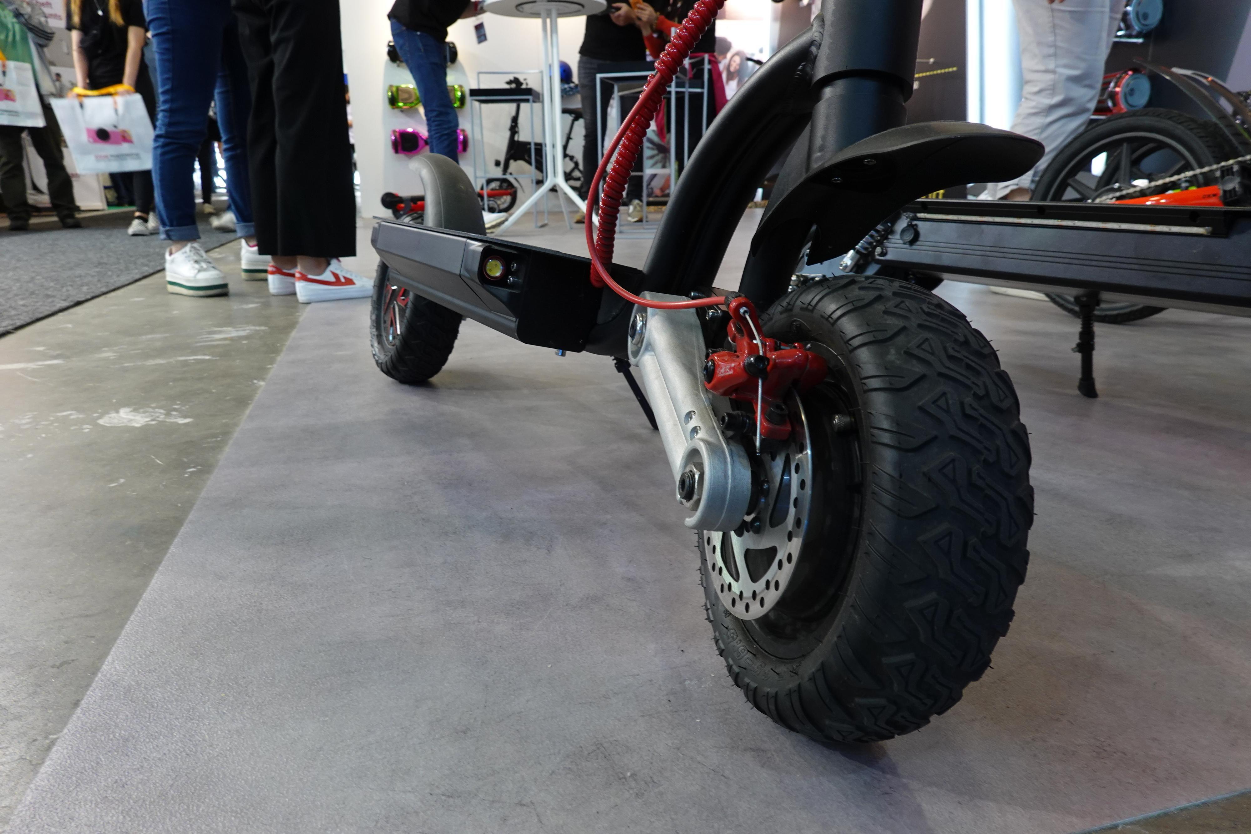 Klart det vil dukke opp «offroad»-elsparkesykler også. På årets IFA fant vi Yeep.me 100X med kraftige titommers hjul og 1200 watts motor.