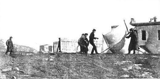 Marconi heiser en antenne i Newfounderland, Canada som ble brukt i den første transatlantiske, trådløse kommunikasjonen. Foto: Wikipedia