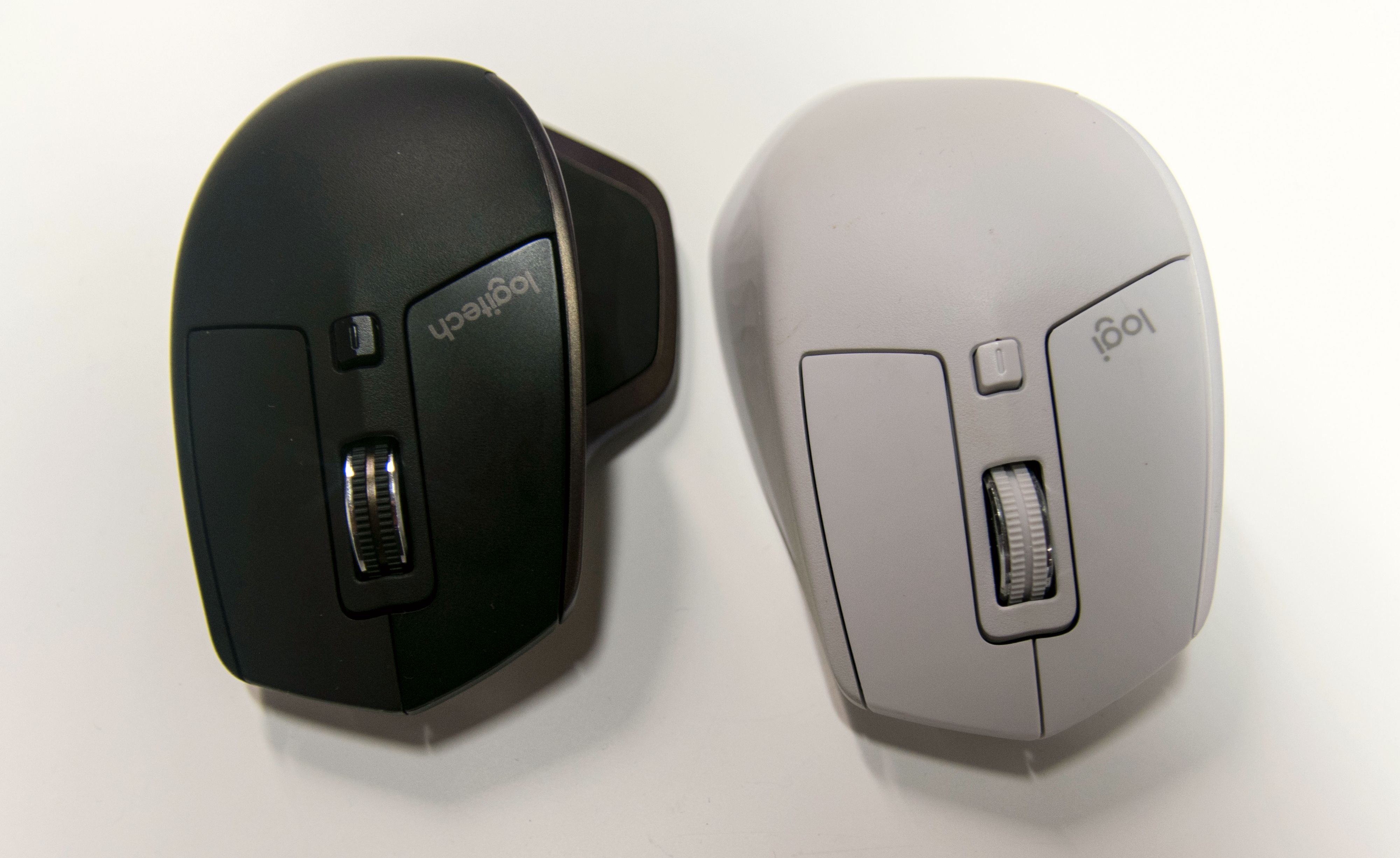 Originale MX Master i kledelig svart ved siden av en hvitbeige utgave av MX Master 2S.