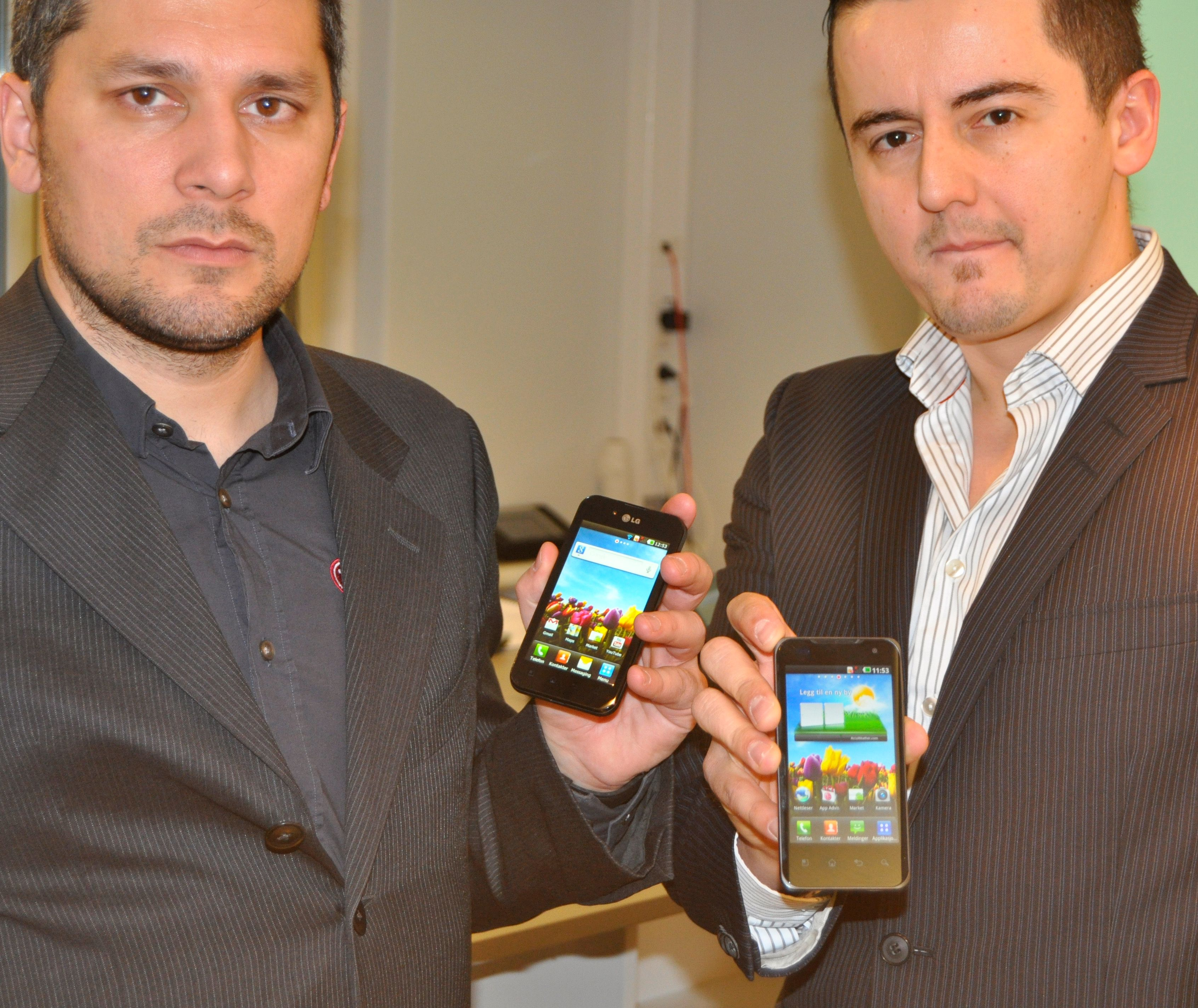LGs norske markedssjef André Seielstad og teknisk ansvarlig Rizah Konjic viser frem de to nye Optimus-modellene.
