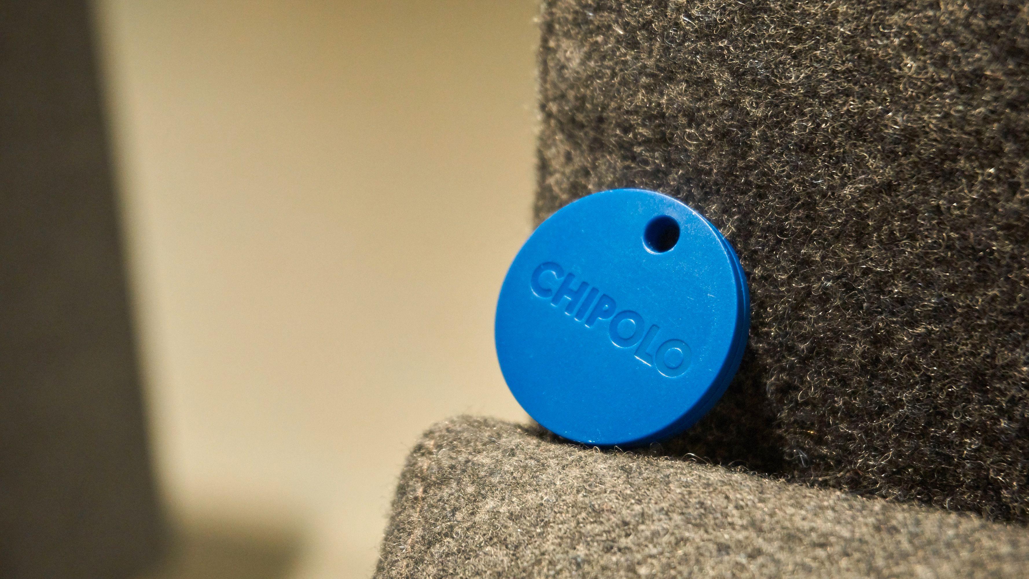 Den blå varianten er litt mer spenstig enn den svarte. Knappen sitter i logoen.