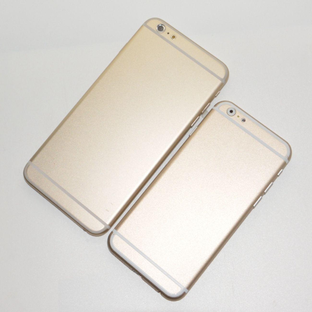 De to nye iPhone 6-modellene ved siden av hverandre. De tykke, hvite båndene er ganske tydelige.