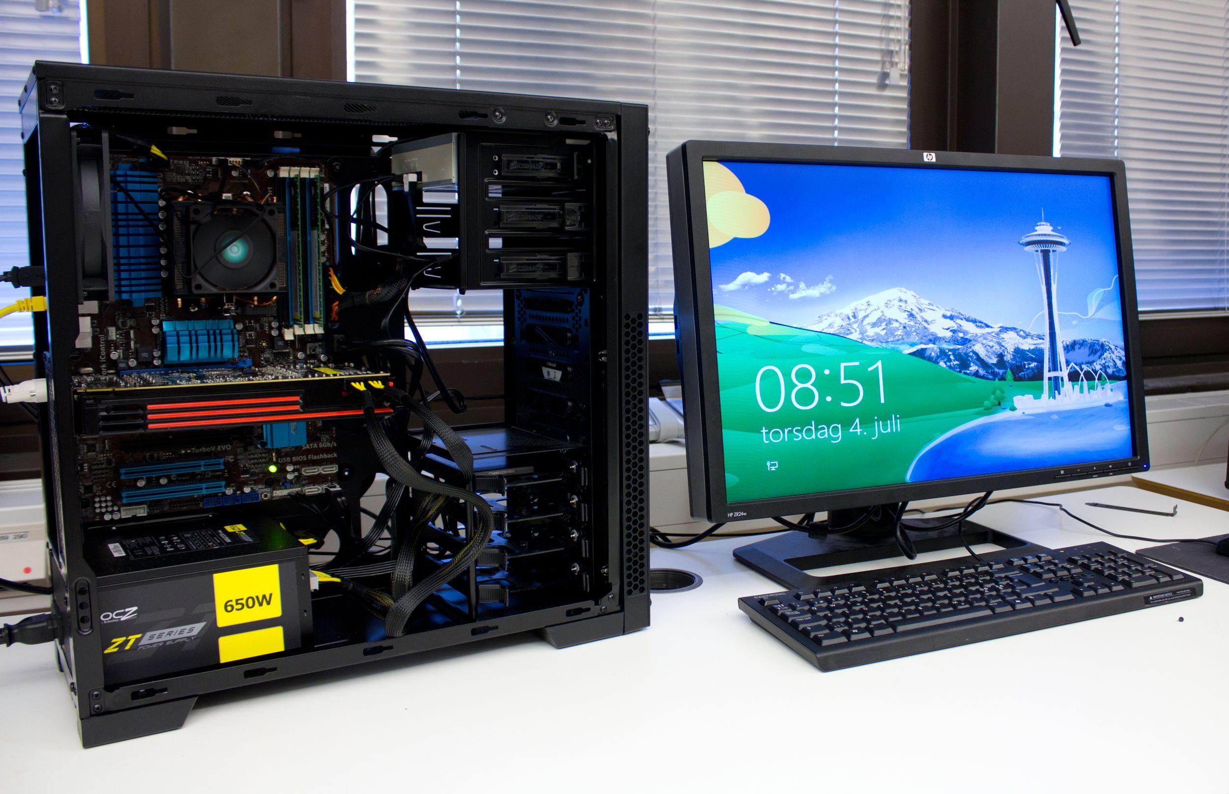 En helt vanlig datamaskin, med sidedøren av. Snart skal den få smake elektroner på ville veier. .Foto: Rolf B. Wegner, Hardware.no