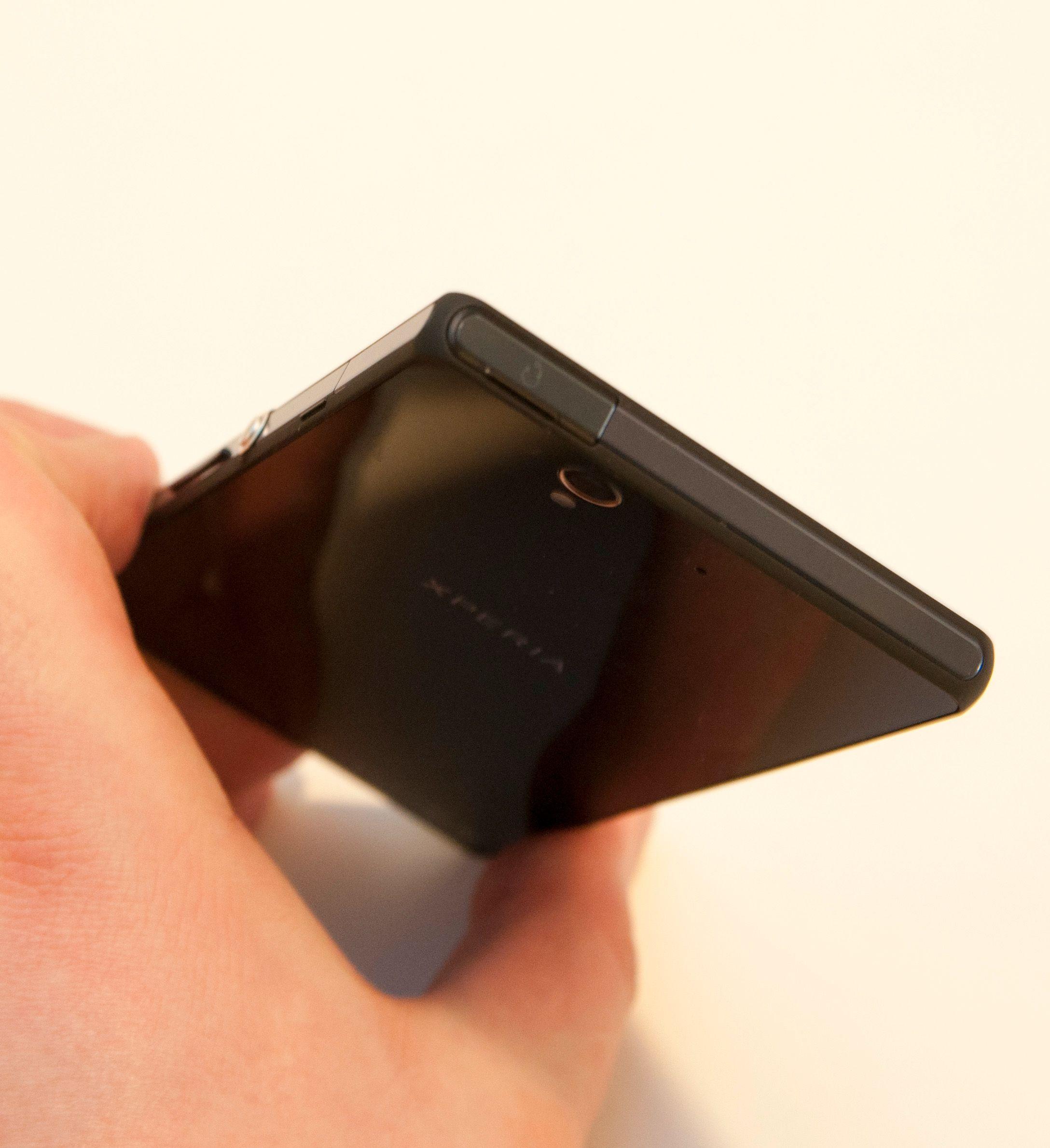 Lukene har små pakninger på innsiden, og verner telefonen mot fukt. Når alle er lukket er telefonen helt vanntett.Foto: Finn Jarle Kvalheim, Amobil.no
