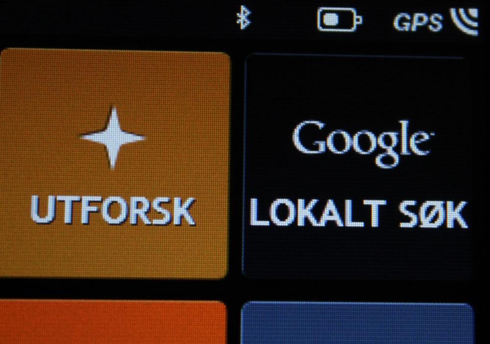 Dersom du kobler mobilen din til S555 kan du søke i Google etter steder.