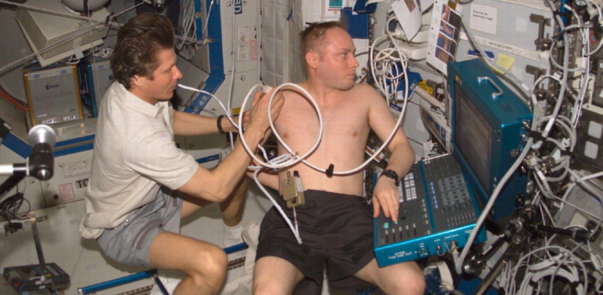 Kosmonaut Gennady Padalka gjennomfører en ultralyd-undersøkelse av astronaut Mike Fincke på ISS. Foto: NASA