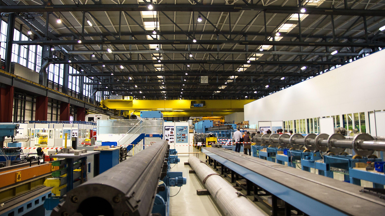 CERN er et høyst internasjonalt prosjekt, og de 20 medlemslandene har mulighet til å få mye igjen for sine bidrag. I tillegg til selve forskningsresultatene går mye av budsjettet tilbake til industrien i landene, ved at de får produsere mye av utstyret CERN trenger. Da LHC først ble bygget var det tre fabrikker rundt om i verden som fikk dele på produksjonen av magnetene til LHC-ringen. Foto: Jørgen Elton Nilsen, Hardware.no