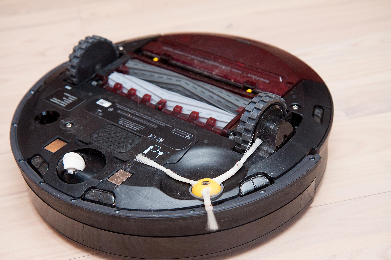 Slik ser iRobot Roomba 980 ut på undersiden.