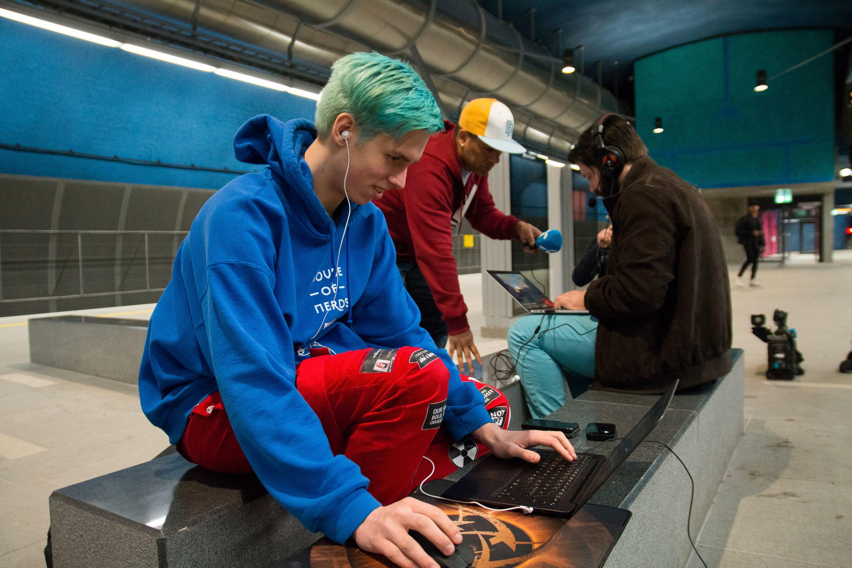Gamere fra House of Nerds viste at det gikk fint å spille spill både ombord i t-banen, og på Løren stasjon.