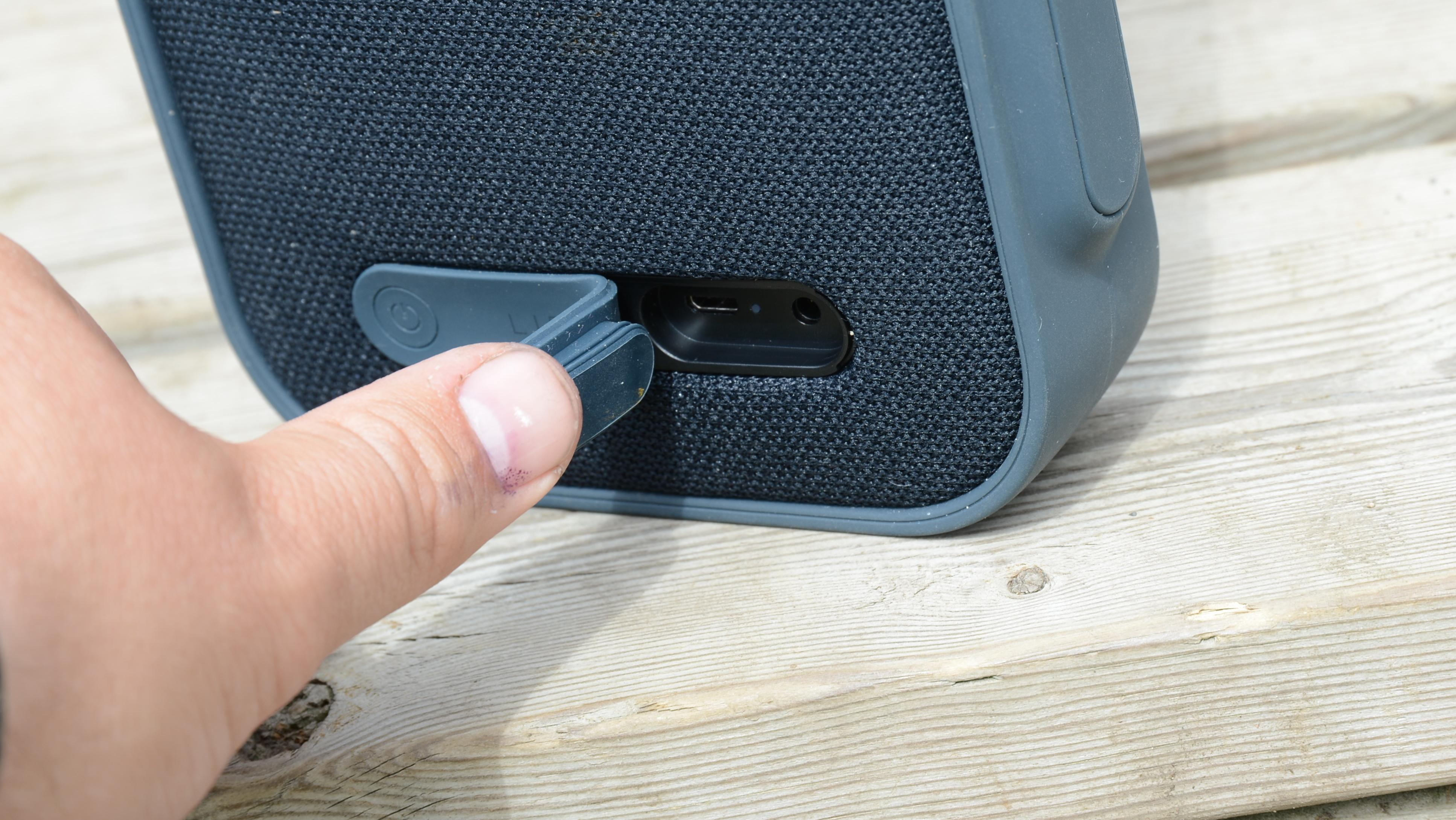 Libratone One Click har en helt vanlig USB-inngang som du lader den med.