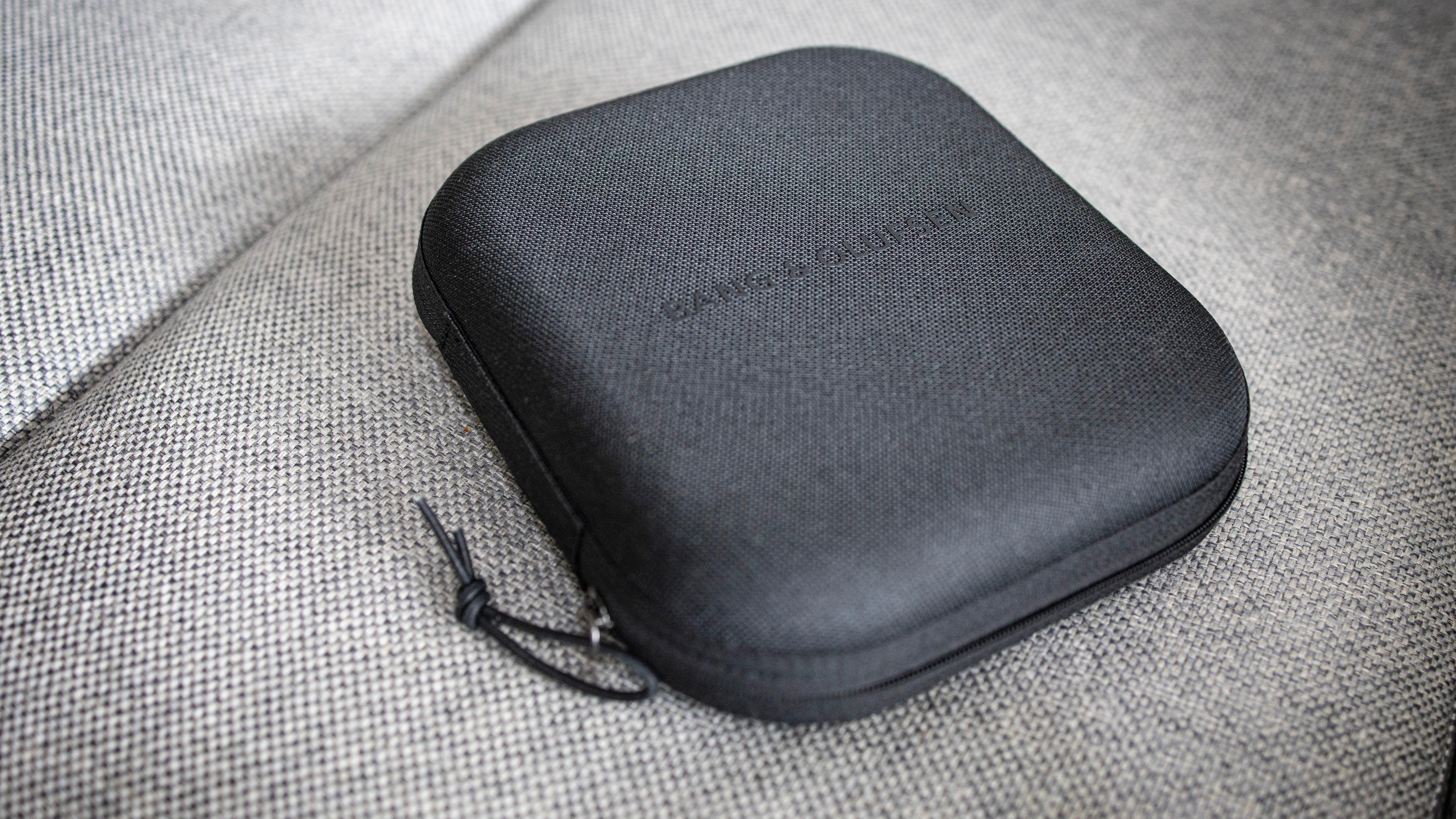 Endelig har B&O skjønt at hodetelefoner til over 5000 kroner fortjener et etui.