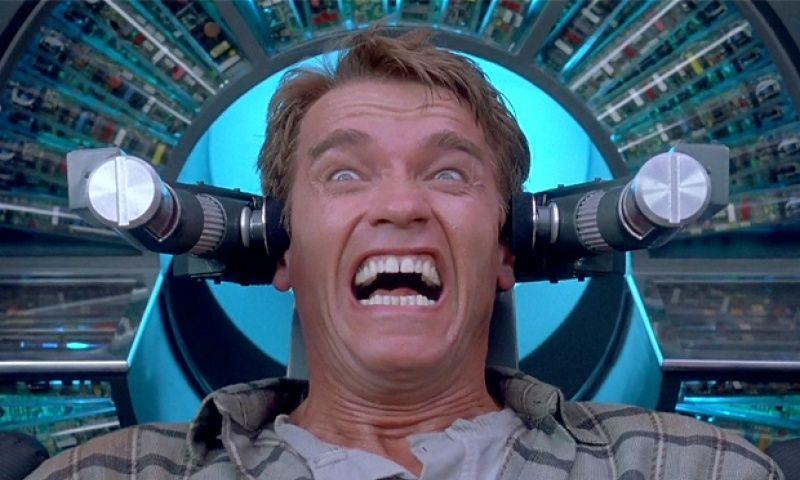 I filmen Totall Recall finner Arnold Schwarzeneggers rollefigur ut at han har fått plantet falsk hukommelse i hjernen sin.Foto: Lionsgate