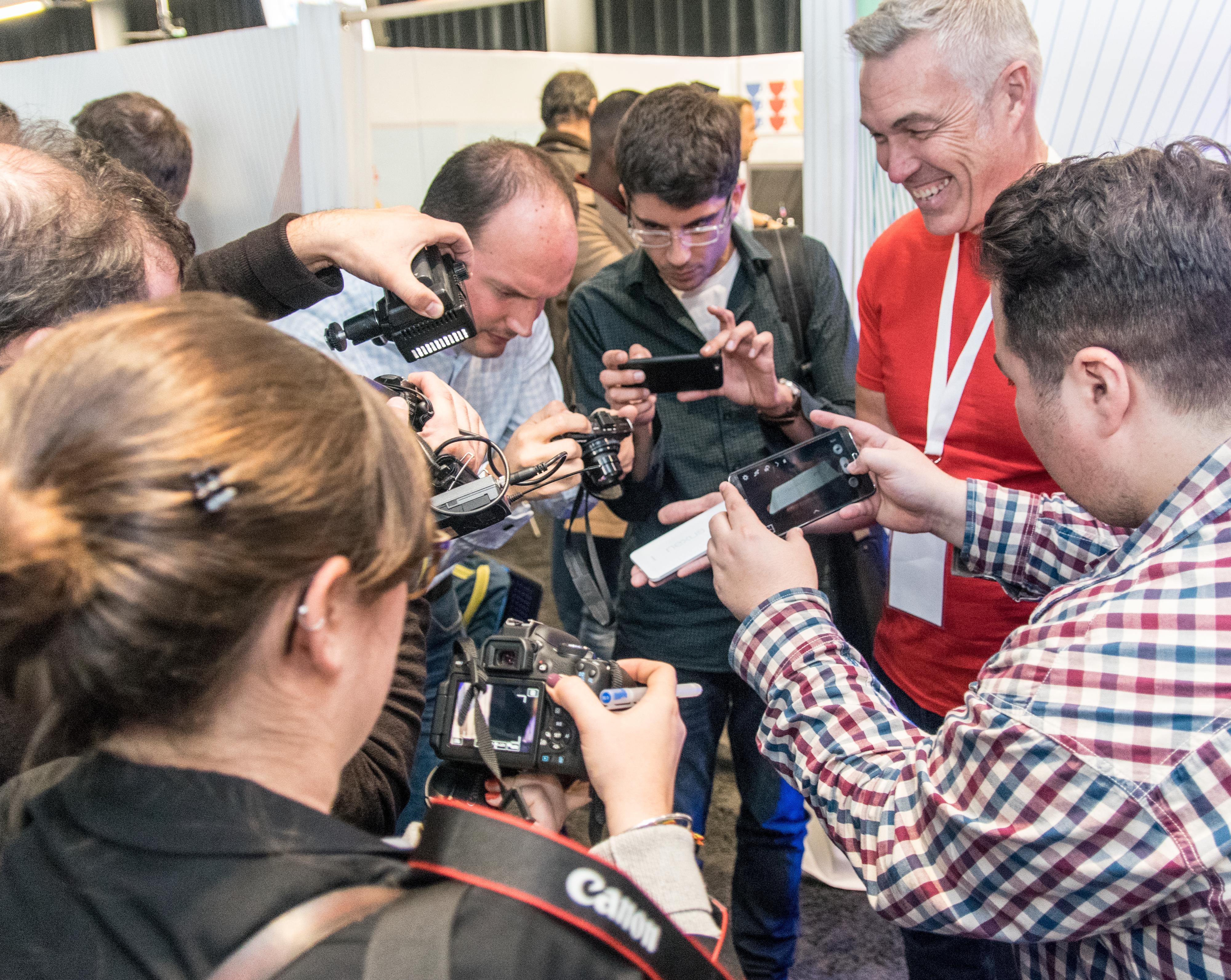 Populær mobil: Googles representanter hadde sitt svare strev med å tilfredsstille alle de fremmøtte her i London. Foto: Finn Jarle Kvalheim, Tek.no