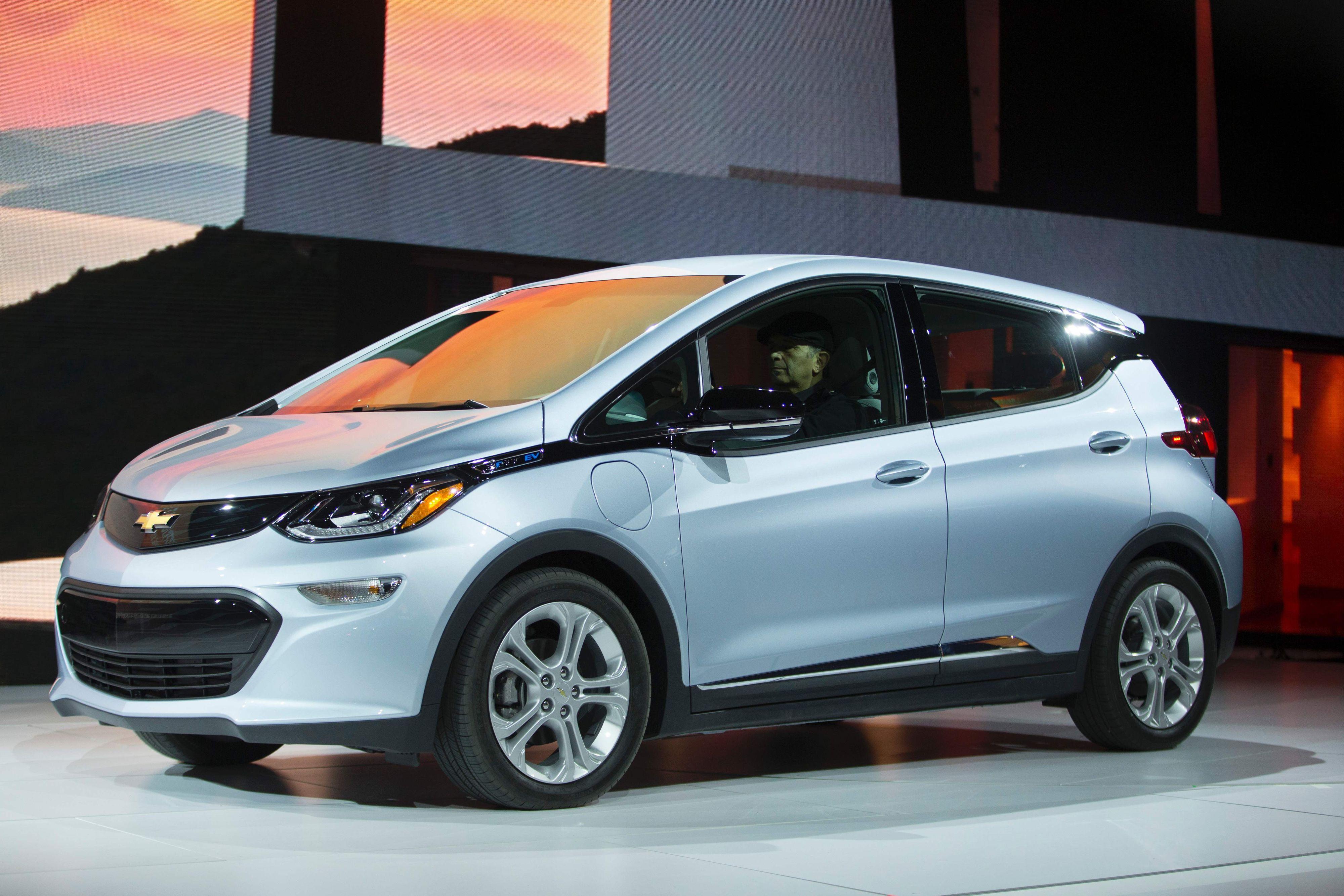 Etter at General Motors solgte Opel til Groupe PSA, har samtidig betingelsene for produksjon av bilen endret seg, og det er sannsynlig at GM ikke ønsker å konkurrere med seg selv, ettersom de selv markedsfører bilen som Chevrolet Bolt i USA. Det er det som gjør at Opel Norge i dag går ut med prisøkning .