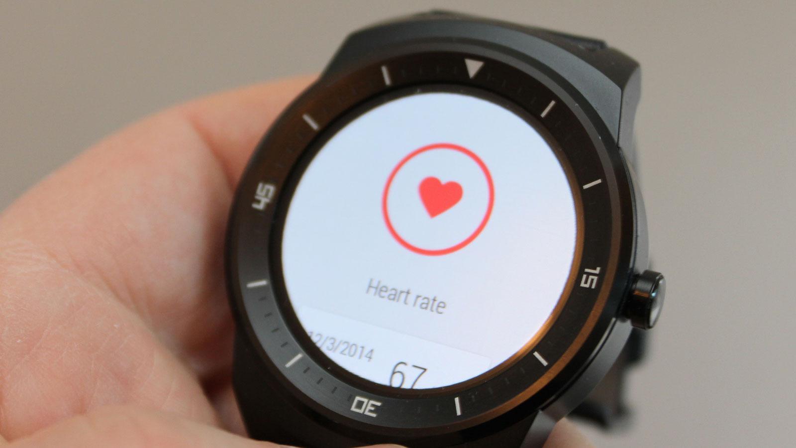 Klokken kan ta pulsen din ved hjelp av en sensor på undersiden av urkassen.Foto: Espen Irwing Swang, Tek.no