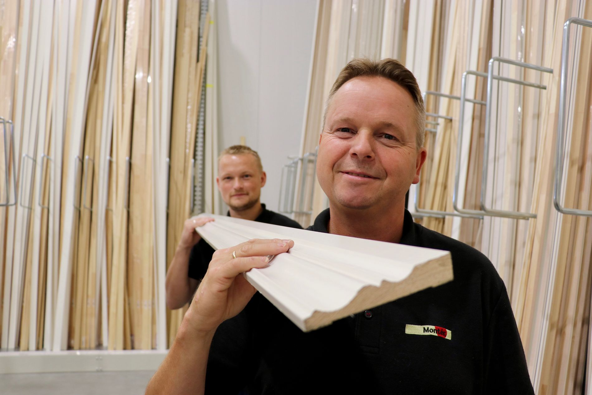 Arve Ågotnes (foran) og Tor Henning Erdal er stolte over det 200 kvadratmeter store listverksrommet på Montér Åsane. – Vi behandler listene som et interiørprodukt. Foto: Brand Studio