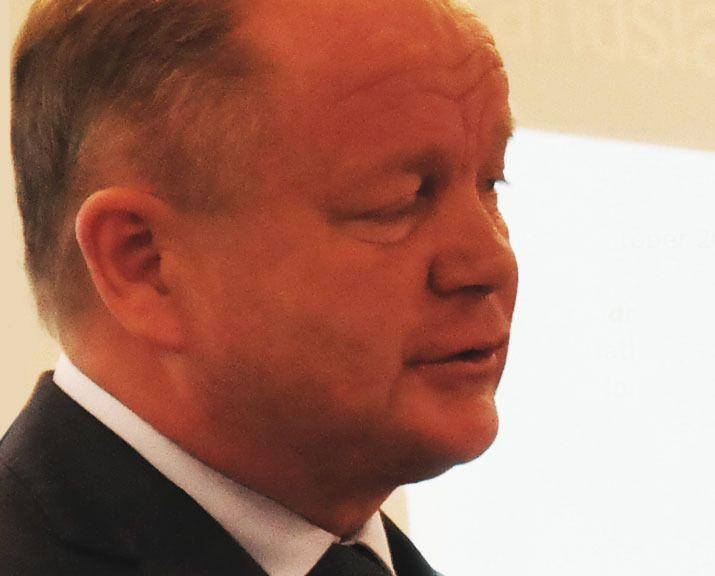 Landslagssjef Per-Mathias Høgmo er ikke redd for å prøve ut ny teknologi, men sier han fortsatt vil bruke blyant og papir.Foto: Espen Irwing Swang, Tek.no