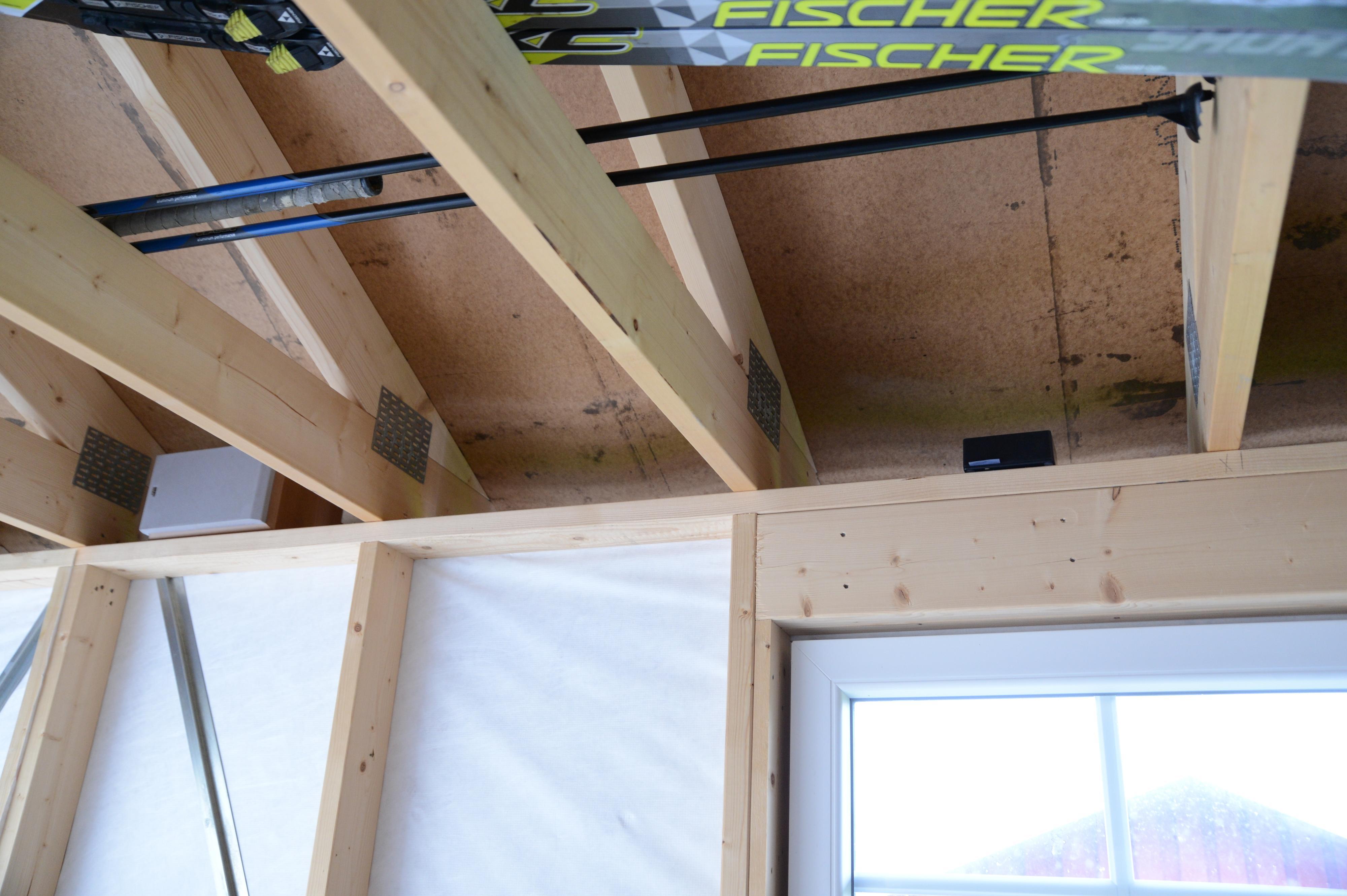 Vi plasserte høyttalerne og forsterkeren mellom takstolene i garasjen.
