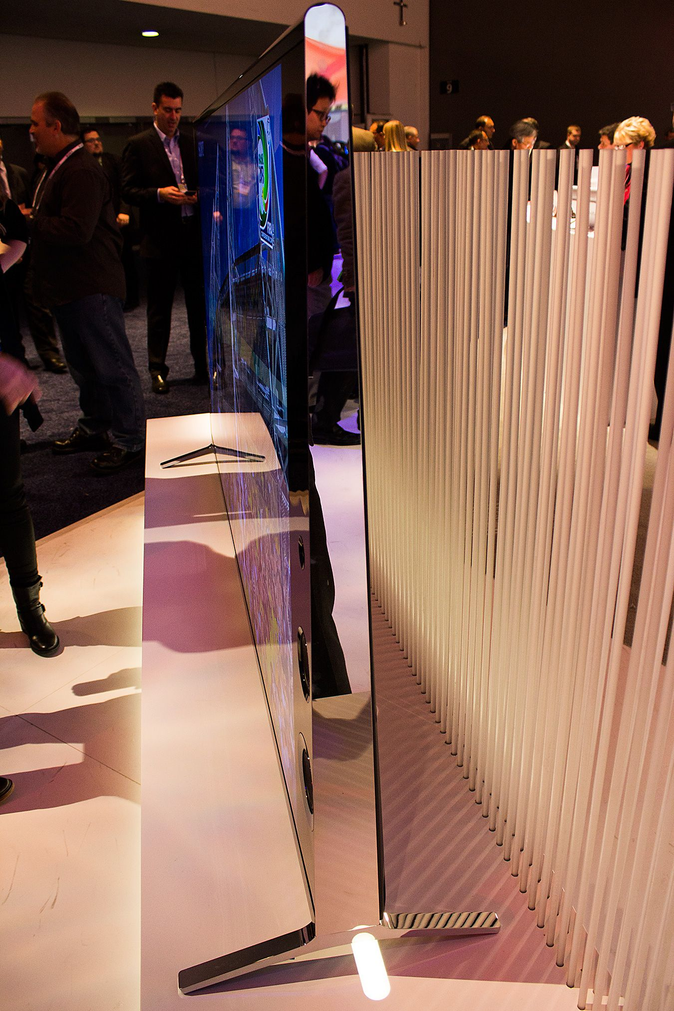 Mens mange prøver å lage LED-TV-ene sine så slanke som mulig, satser Sony på mer stabile, frittstående design.Foto: Varg Aamo, Hardware.no