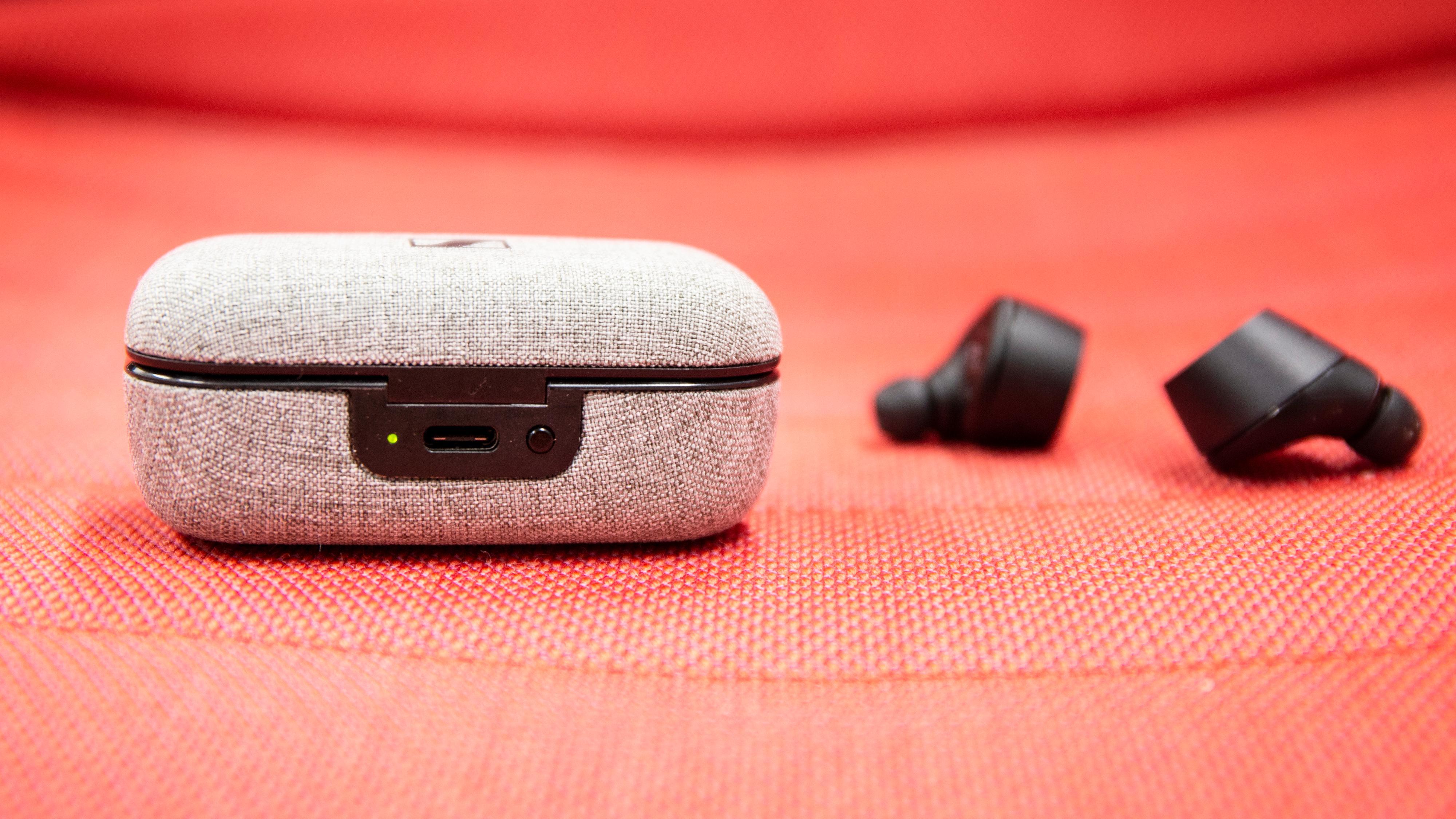 Etuiet er kledt i et slags tøymateriale, og det er et godt valg, etter vår mening. Det lades attpåtil med USB-C.
