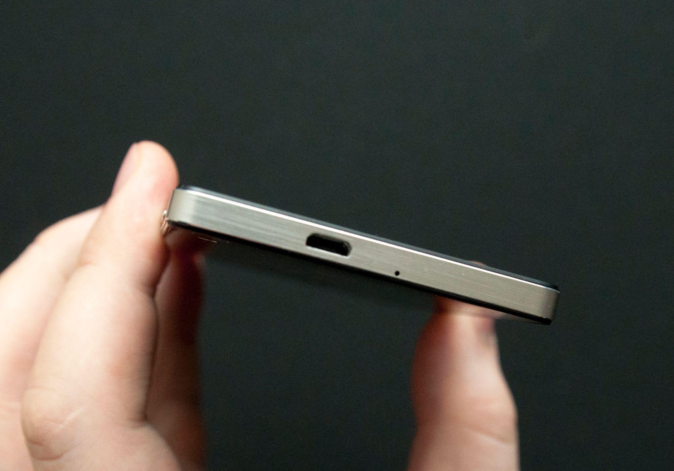 USB-kontakten sitter på toppen av telefonen.Foto: Finn Jarle Kvalheim, Amobil.no