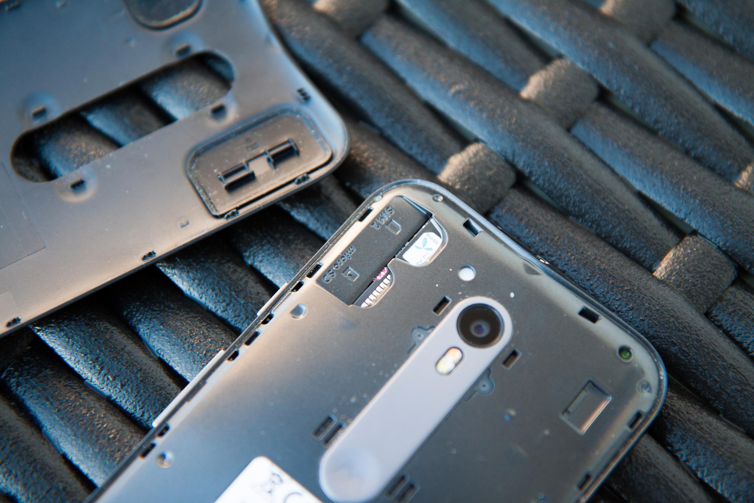 Under panseret: Batteriet er kapslet inn, og plastdekselet på baksiden har gummipakninger som sørger for at vann ikke trenger inn i plassene for SIM-kort og MicroSD-kort. Foto: Kurt Lekanger, Tek.no