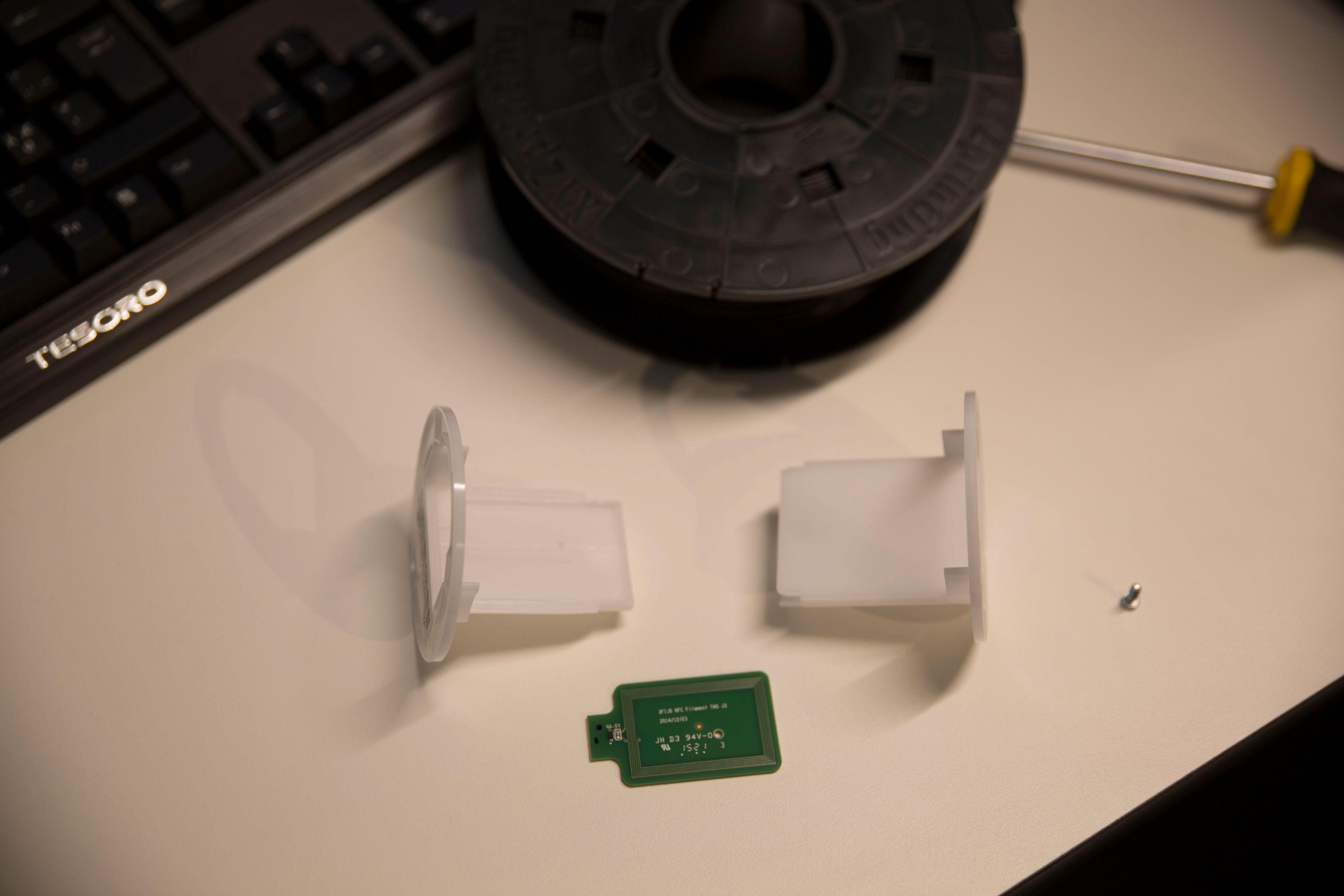 NFC-brikke monteres i en brakett som festes i filament-spolen. Uten denne brikken virker ikke skriveren.