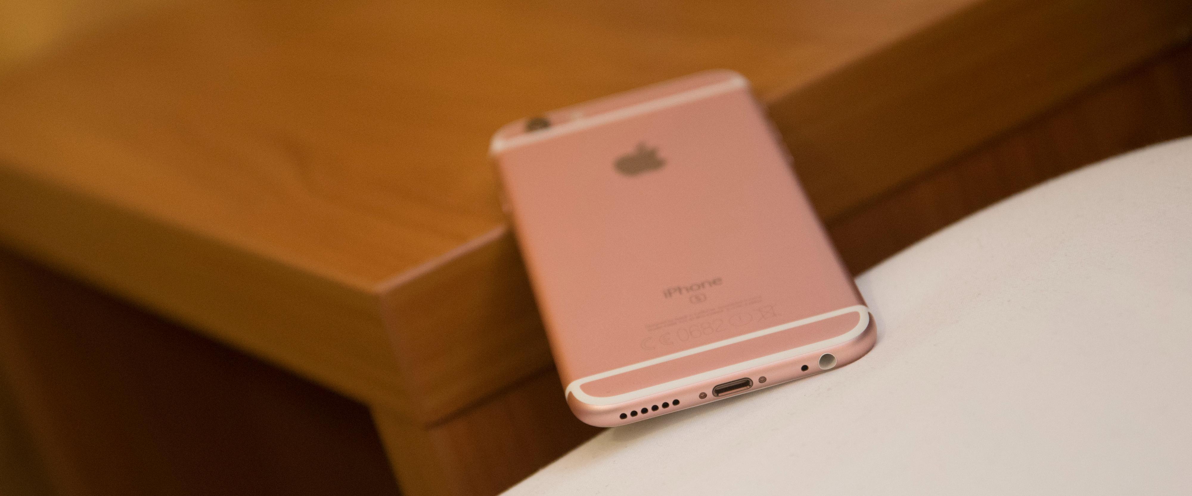 Konkurrerende telefoner er i ferd med å gå over til nye USB type C. Apple holder fremdeles på sin Lightning-plugg som kan settes inn «begge veier». Foto: Finn Jarle Kvalheim, Tek.no