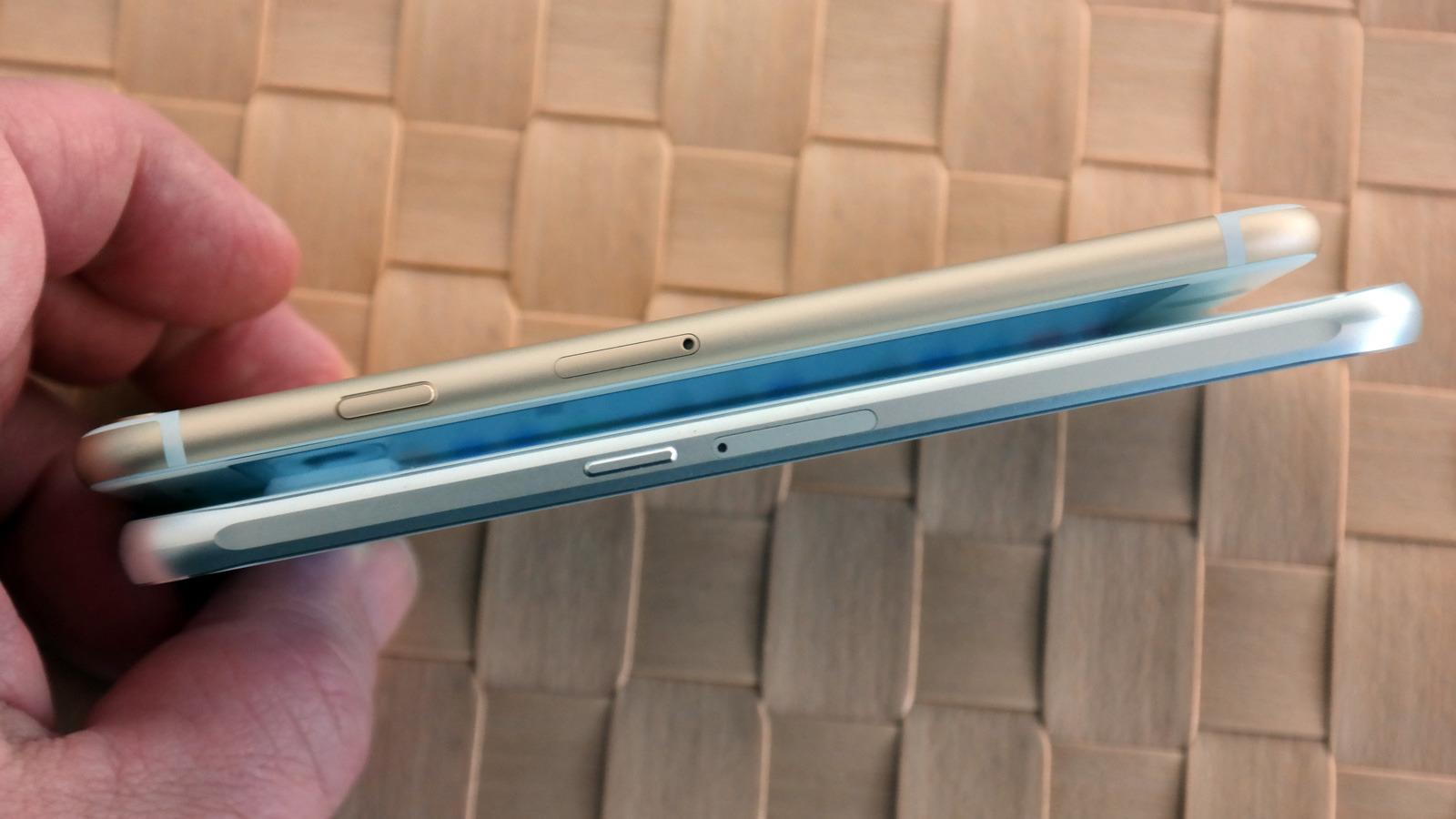 Innbygget batteri og SIM-kort bak en luke i rammen.