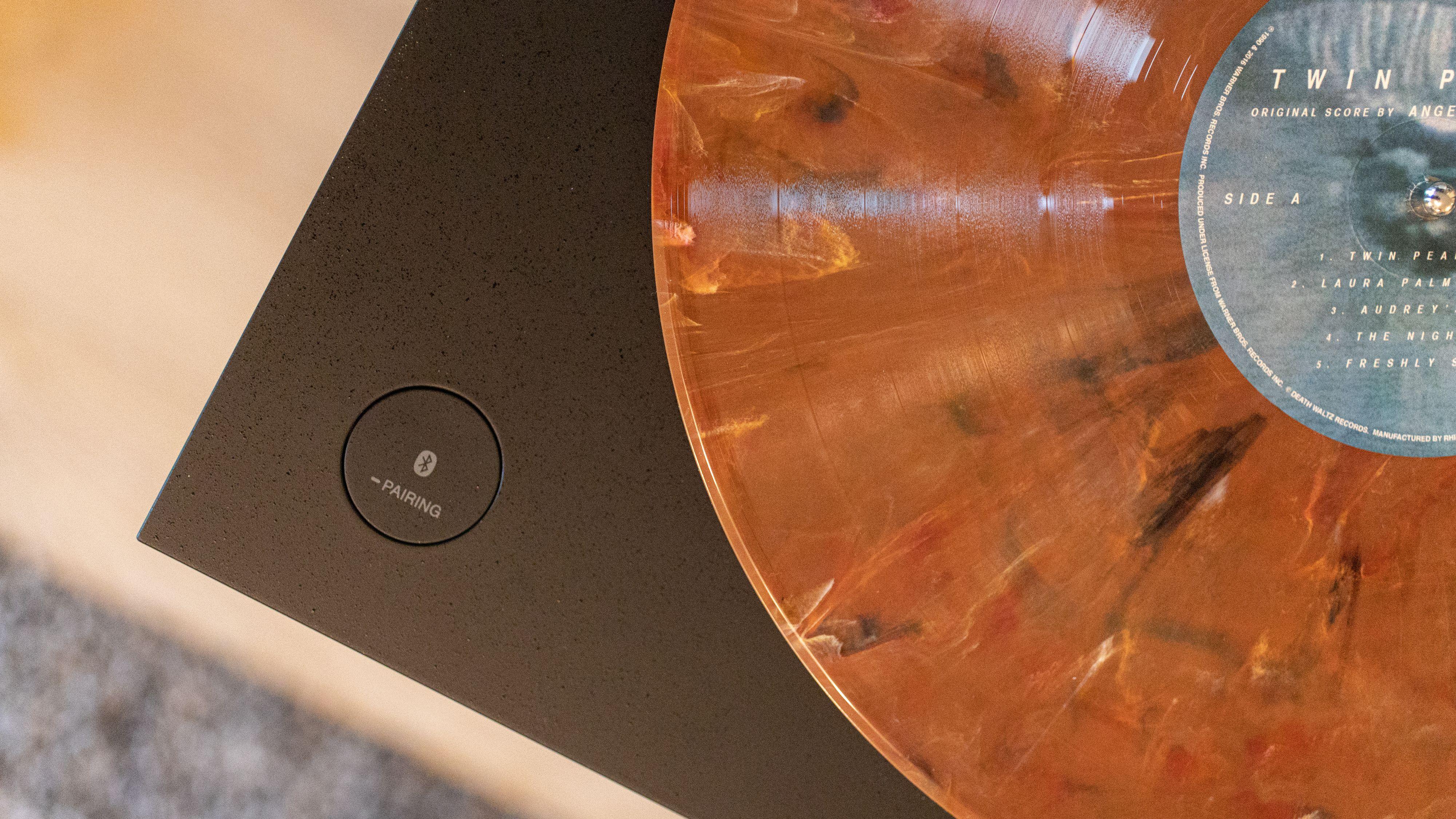 Et trykk på denne knappen og lyden blir strømmet til blåtann-enhetene dine.