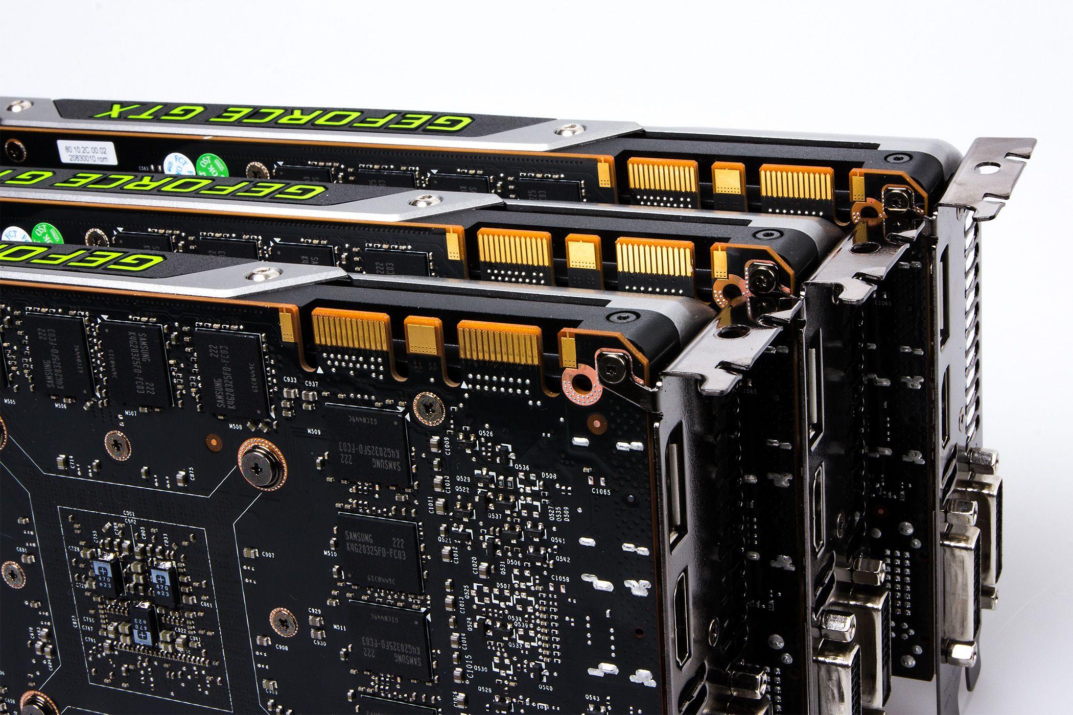 SLI-kontaktene lar oss koble sammen alle tre Titanene.Foto: Varg Aamo, hardware.no