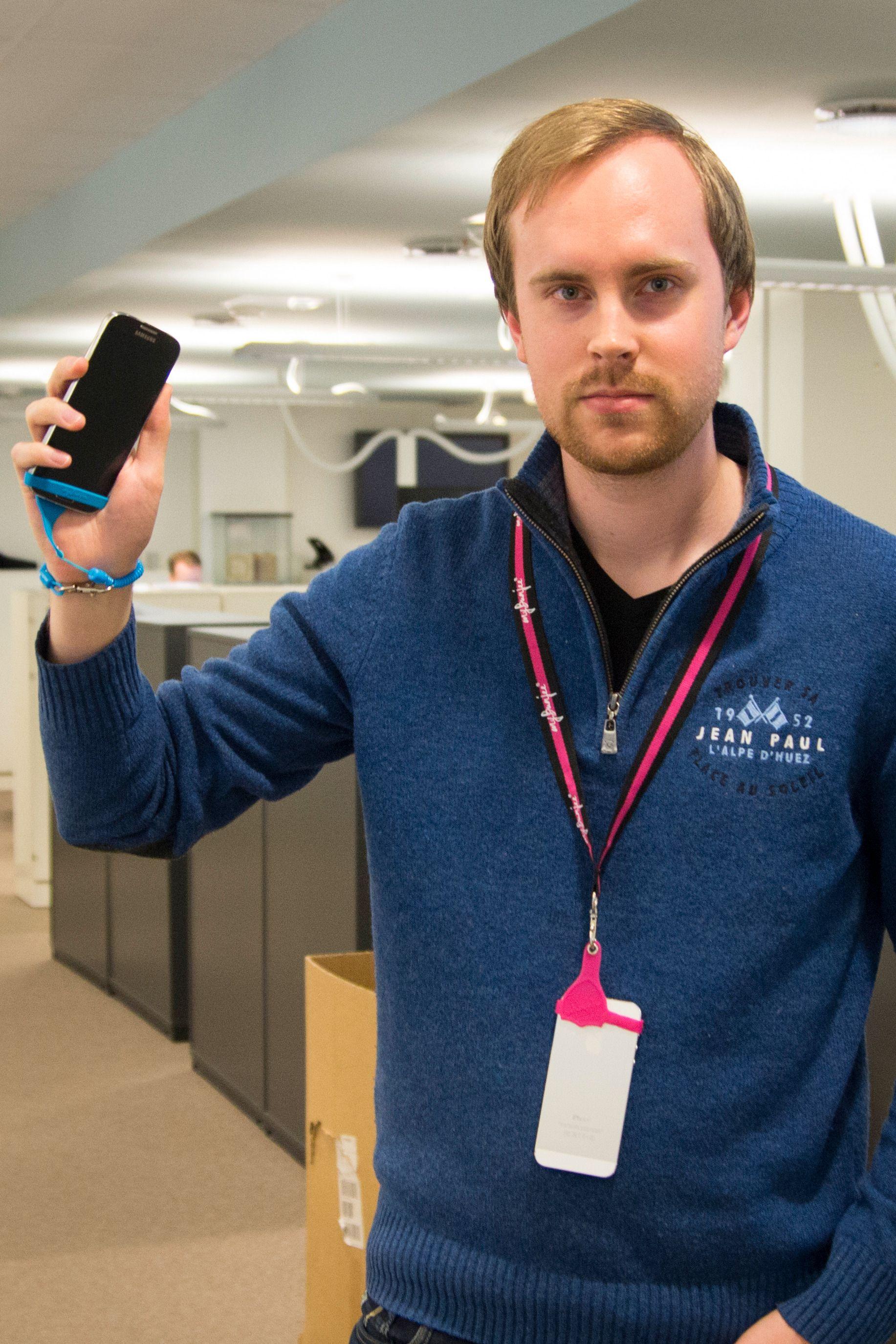 Anders føler seg ganske sikker på at han ikke mister mobilen. Men det er egentlig på grunn av at han har den i lomma, og ikke henger den rundt halsen i en «My Bunjee». Foto: Kristoffer Møllevik
