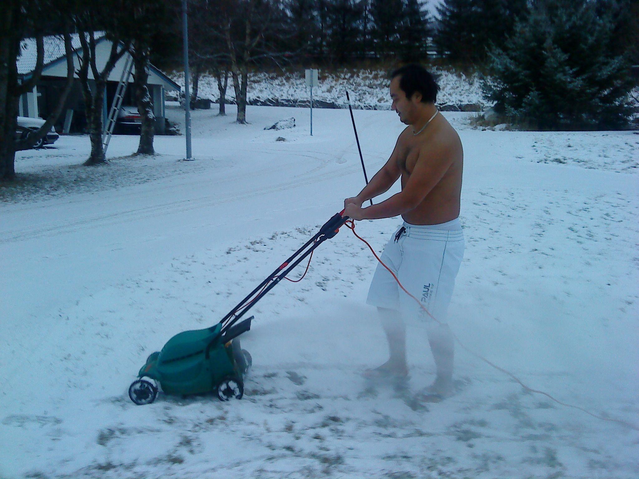 Brukeren jove sendte inn dette bildet av en sommerlig hverdagssyssel. Legg merke til snøstormen.