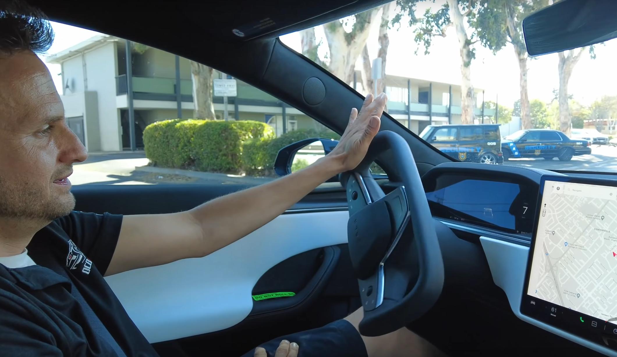 Hvis du er uforsiktig med det nye Tesla-rattet kan det tilsynelatende få grei tilfart inn i håndleddene dine når det ruller tilbake til «nøytral» posisjon.