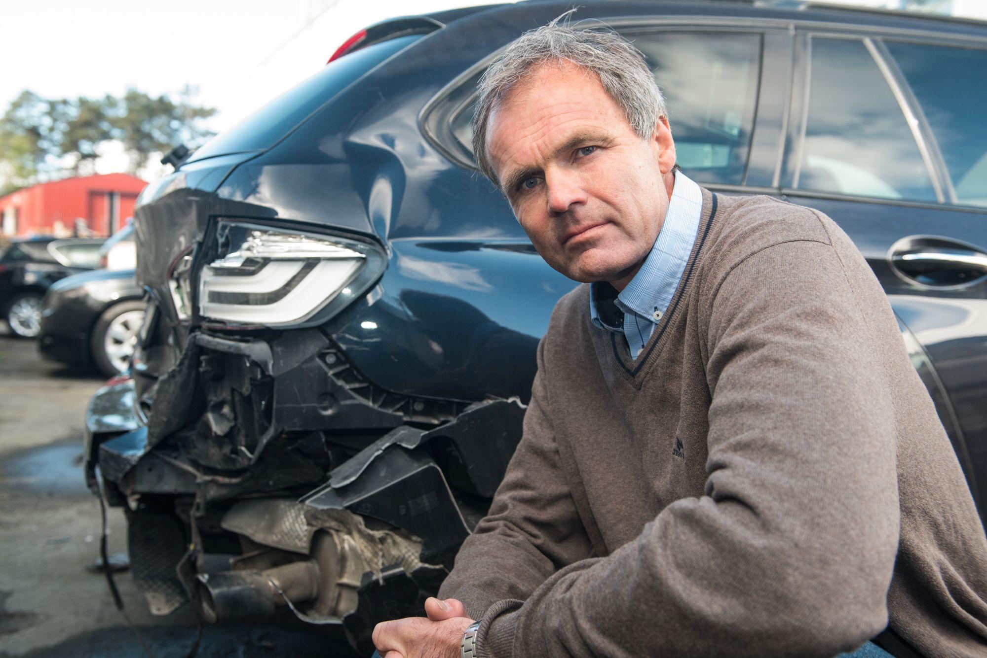 Kommunikasjonssjef Bjarne Rysstad i Gjensidige foran en typisk ulykke forårsaket av uoppmerksomhet, nemlig påkjøring bakfra.