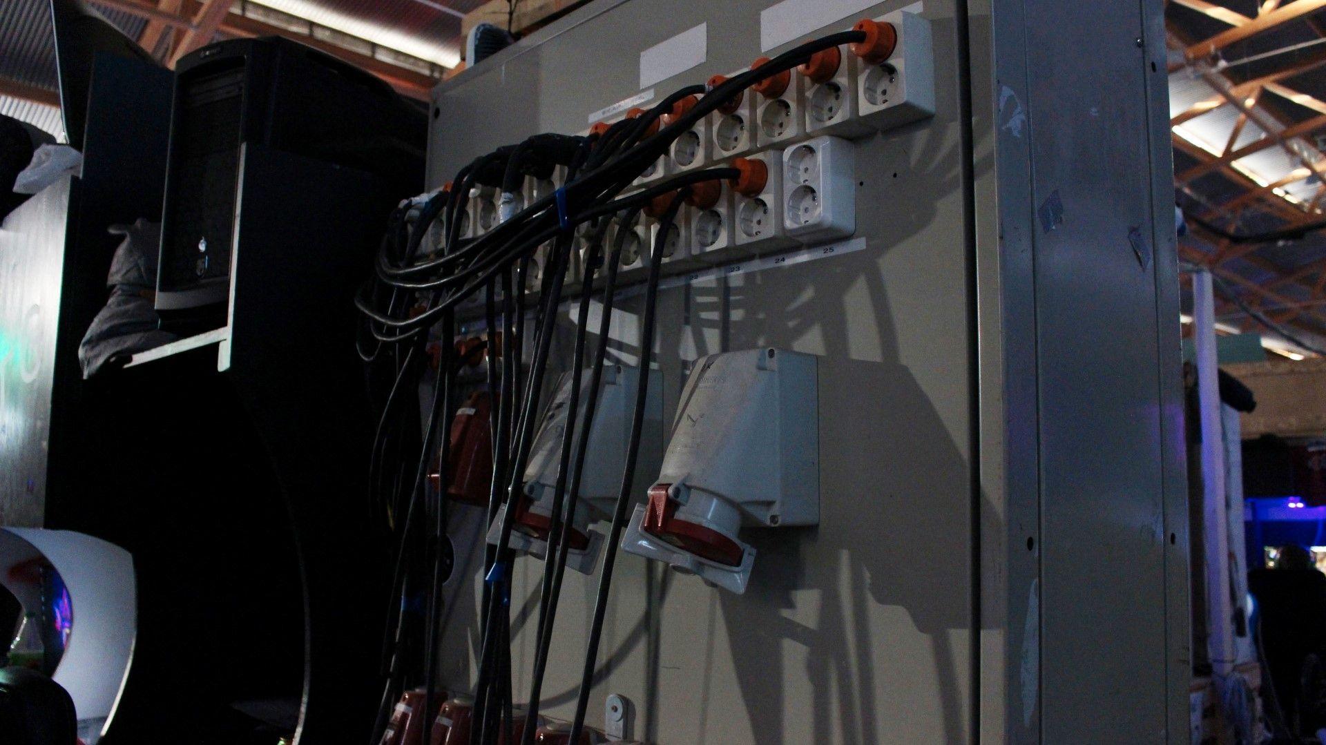 Strømforsyning pa TG er ingen spøk, og det florerte av slike gedigne strømskap.