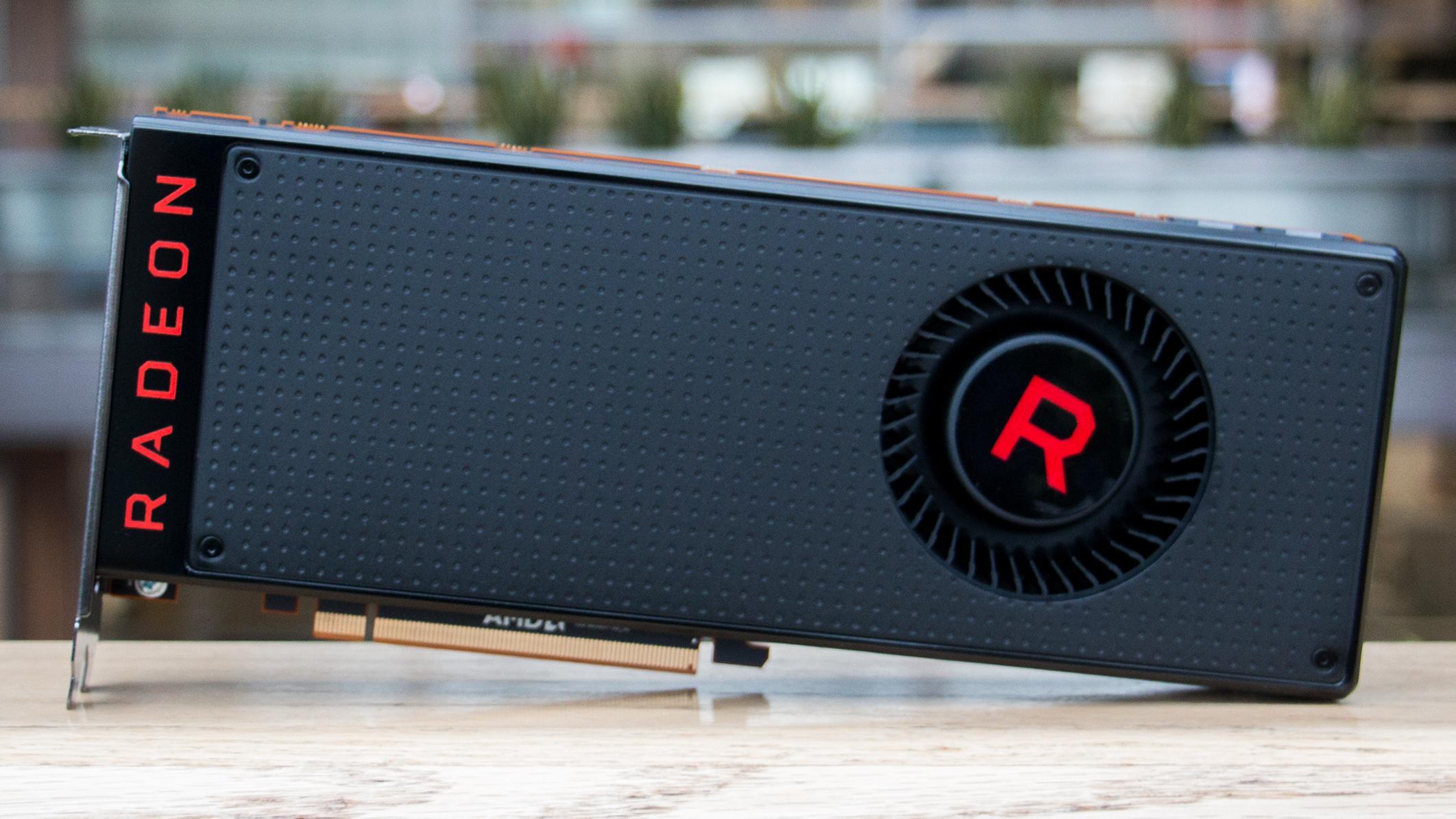 RX Vega 56 yter bedre enn GTX 1070, men referansekjøleren og høyt strømforbruk ødelegger. Bildet er av RX Vega 64, som er noen centimeter lengre enn 56..