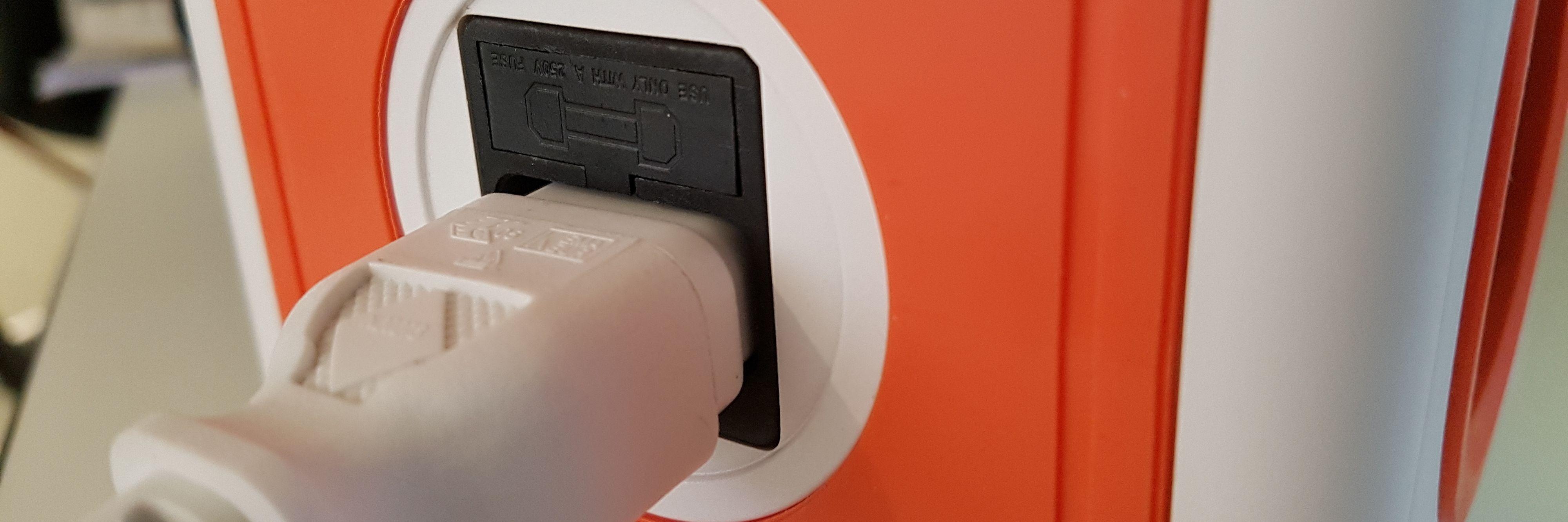 Høyttaleren bruker en strømkontakt av samme type som brukes i PC-skjermer og stasjonære PC-er.