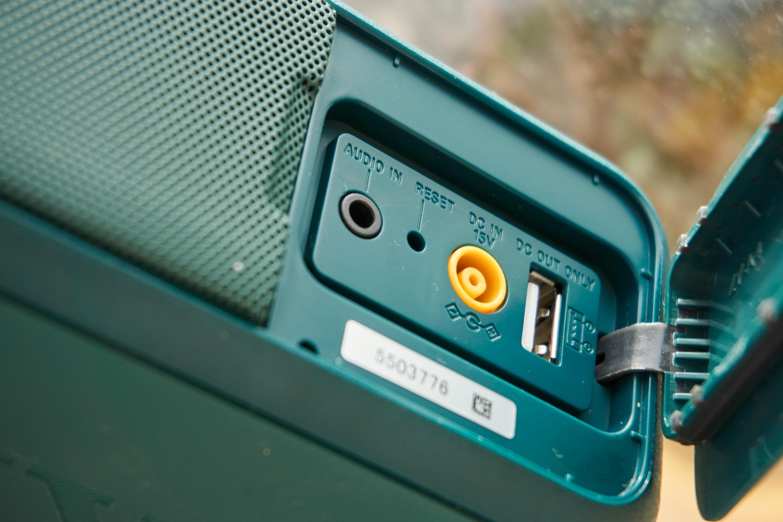 Sonys høyttaler kan ikke lades med vanlig lader. Synd, når den er så knallgod ellers.