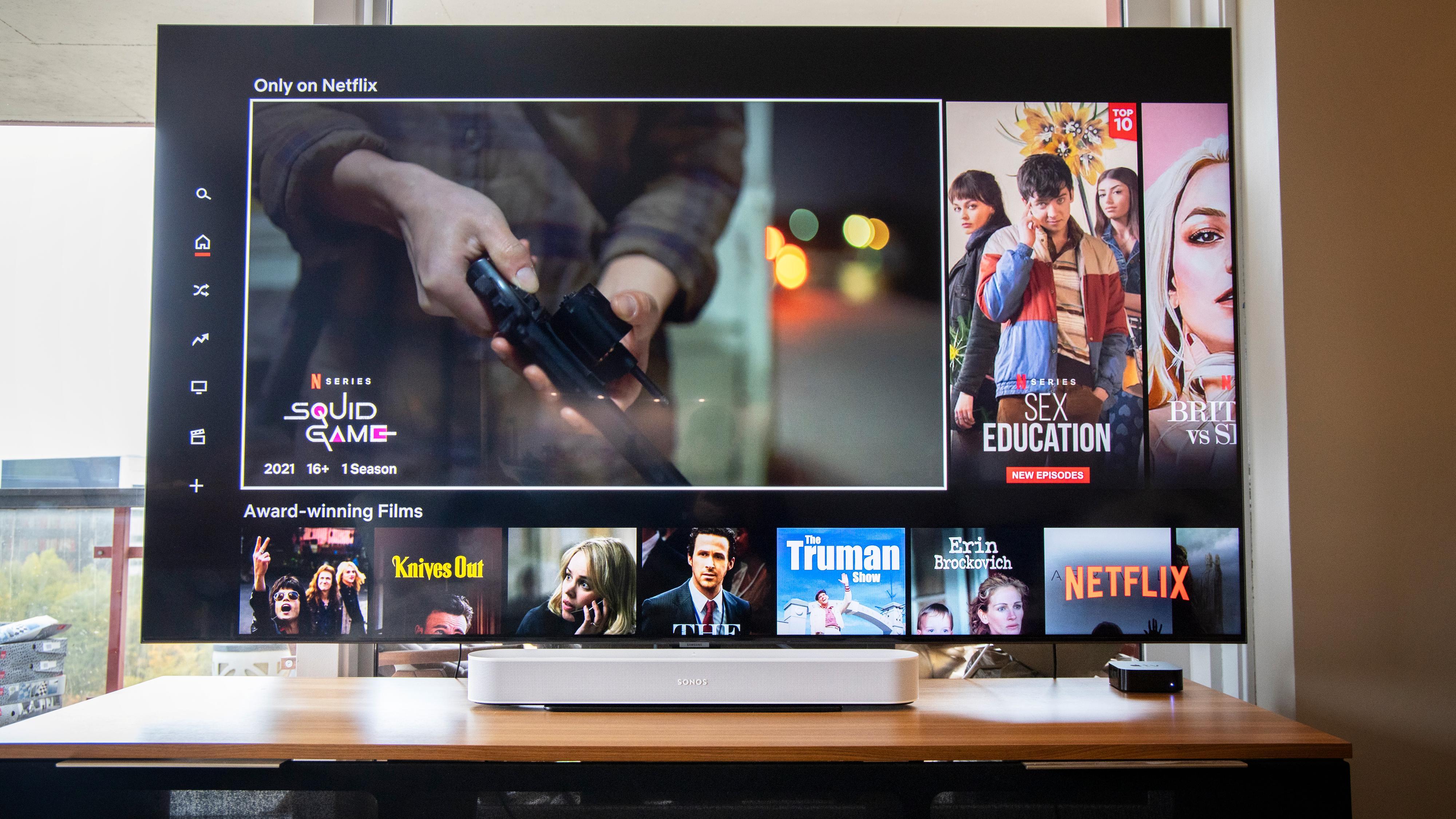Slik ser Sonos Beam (Gen 2) ut foran en 75-tommers TV. Beam er 65 centimeter bred, og med det akkurat på størrelse med Denon og litt mindre enn Bose, JBL og Samsung. Sistnevnte er cirka 11 centimeter bredere, og er den bredeste planken i testen.