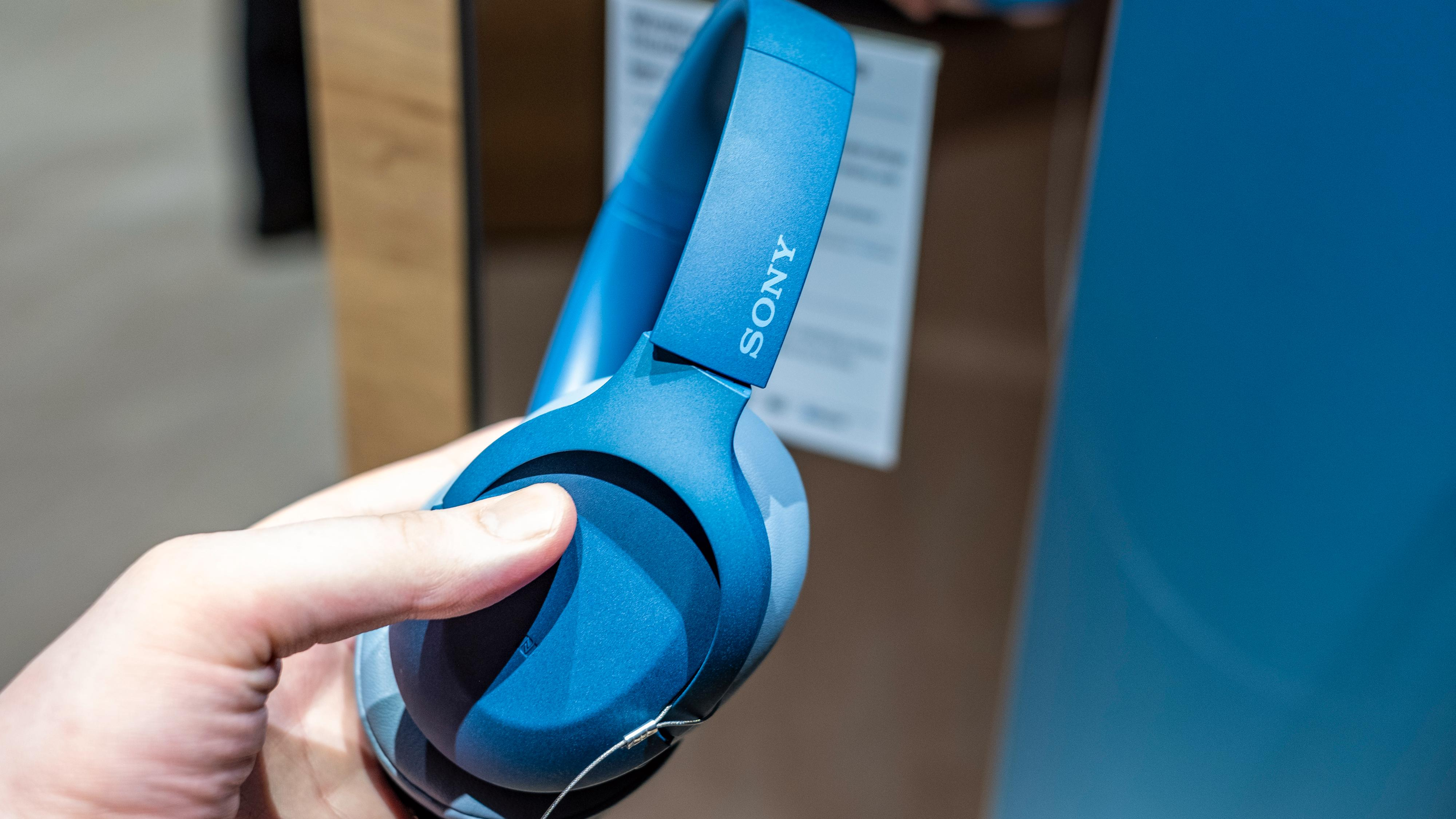 Nye og tøffe farger preger de nye WH-H910N-hodetelefonene. Sonys vanlige toppmodeller er langt mer forsiktige i uttrykket.
