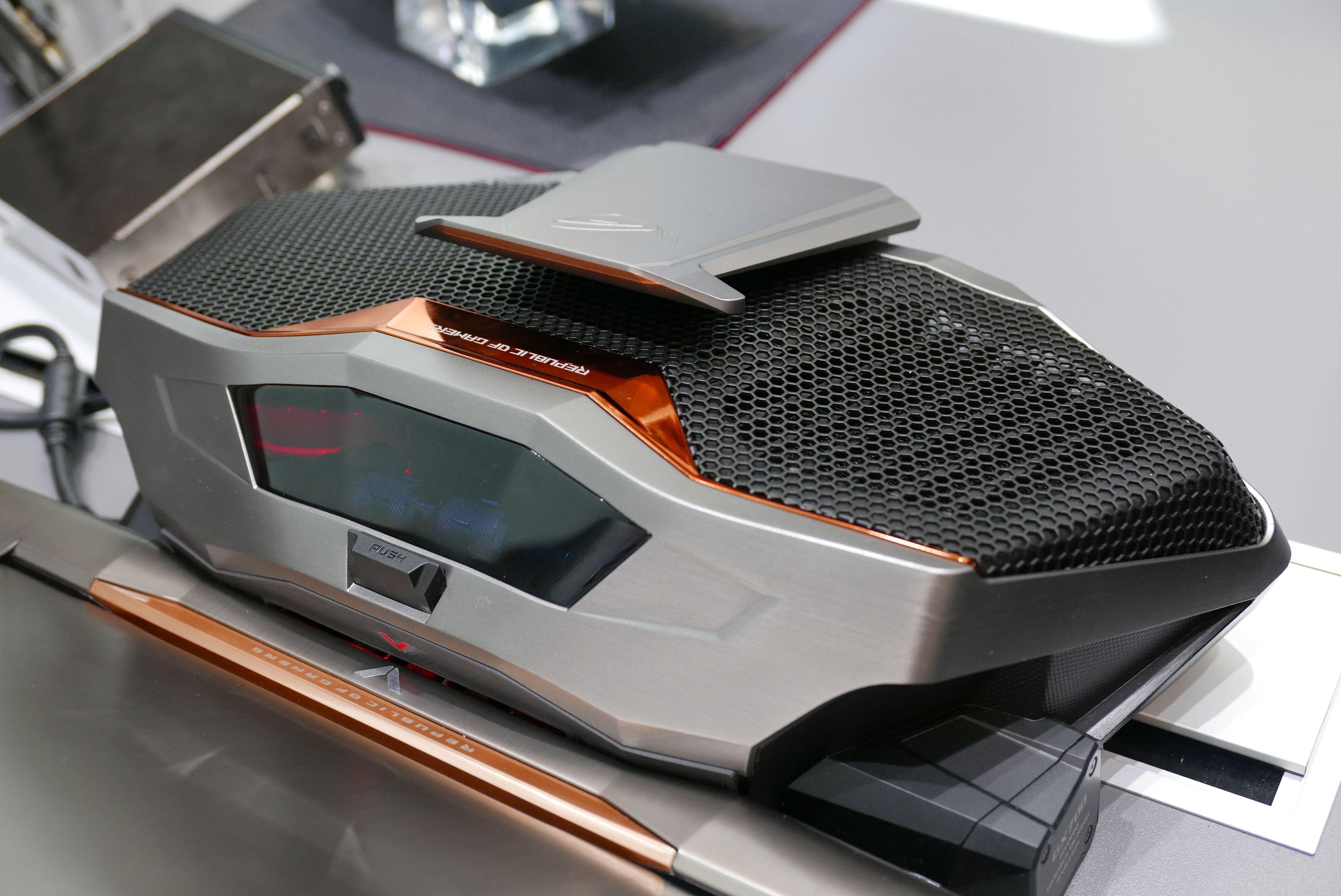 Asus ROG GX700 har en egen vannkjøling for å holde grafikken kjølig. Foto: Ole Henrik Johansen / Tek.no