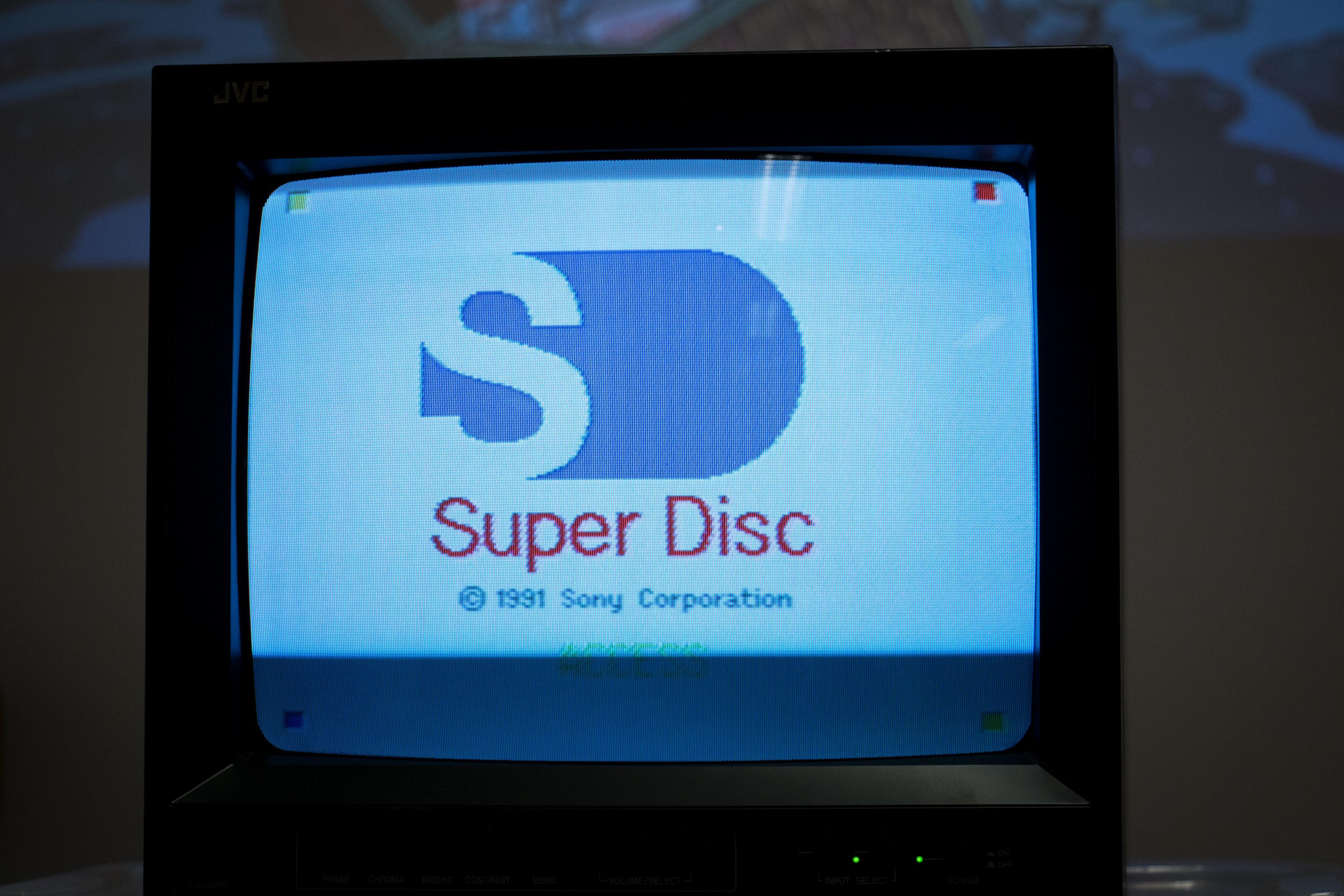 Skrur man på konsollen med Boot-kasetten i, lyser den klassiske Super Disc-logoen opp, før en generisk meny dukker opp.