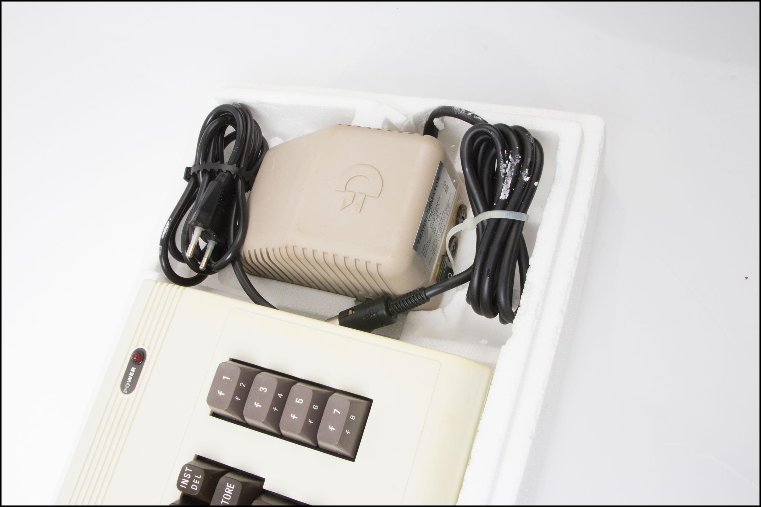 VIC 20 hadde en solid og tung strømforsyning.Foto: Jørgen Elton Nilsen, Hardware.no