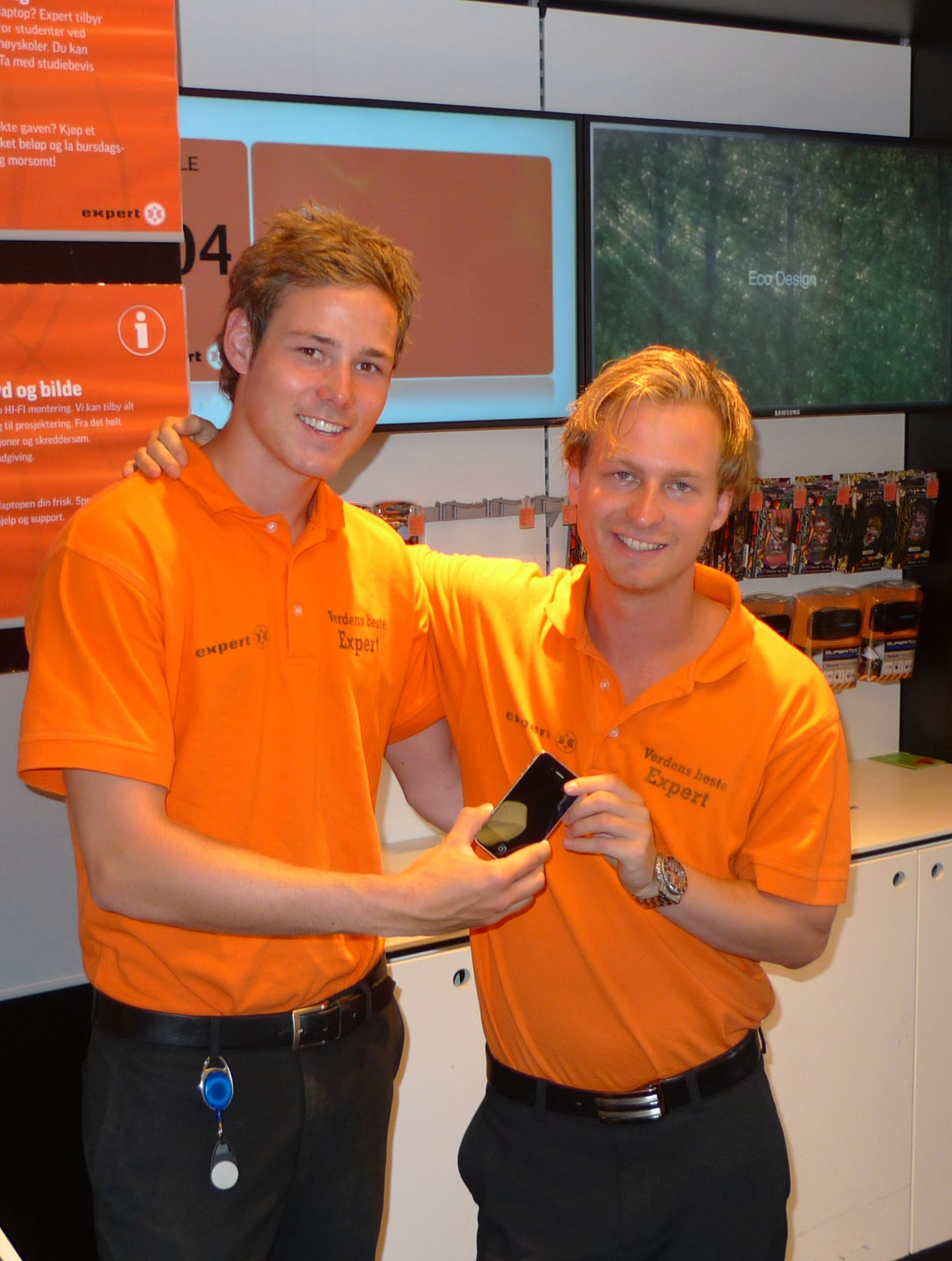 Kristian W. Olsen til venstre og Espen Hofseth fra Expert Klingenberg ser frem til å selge Iphone 4 på lanseringskvelden.